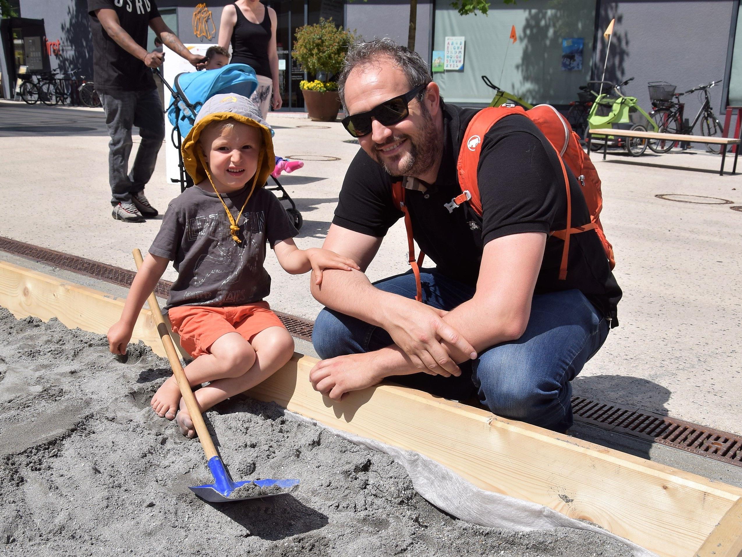 Auch Leander (3 1/2 Jahre) kam mit Papa Pascal an den Garnmarkt, um den großen Sandkasten auszuprobieren
