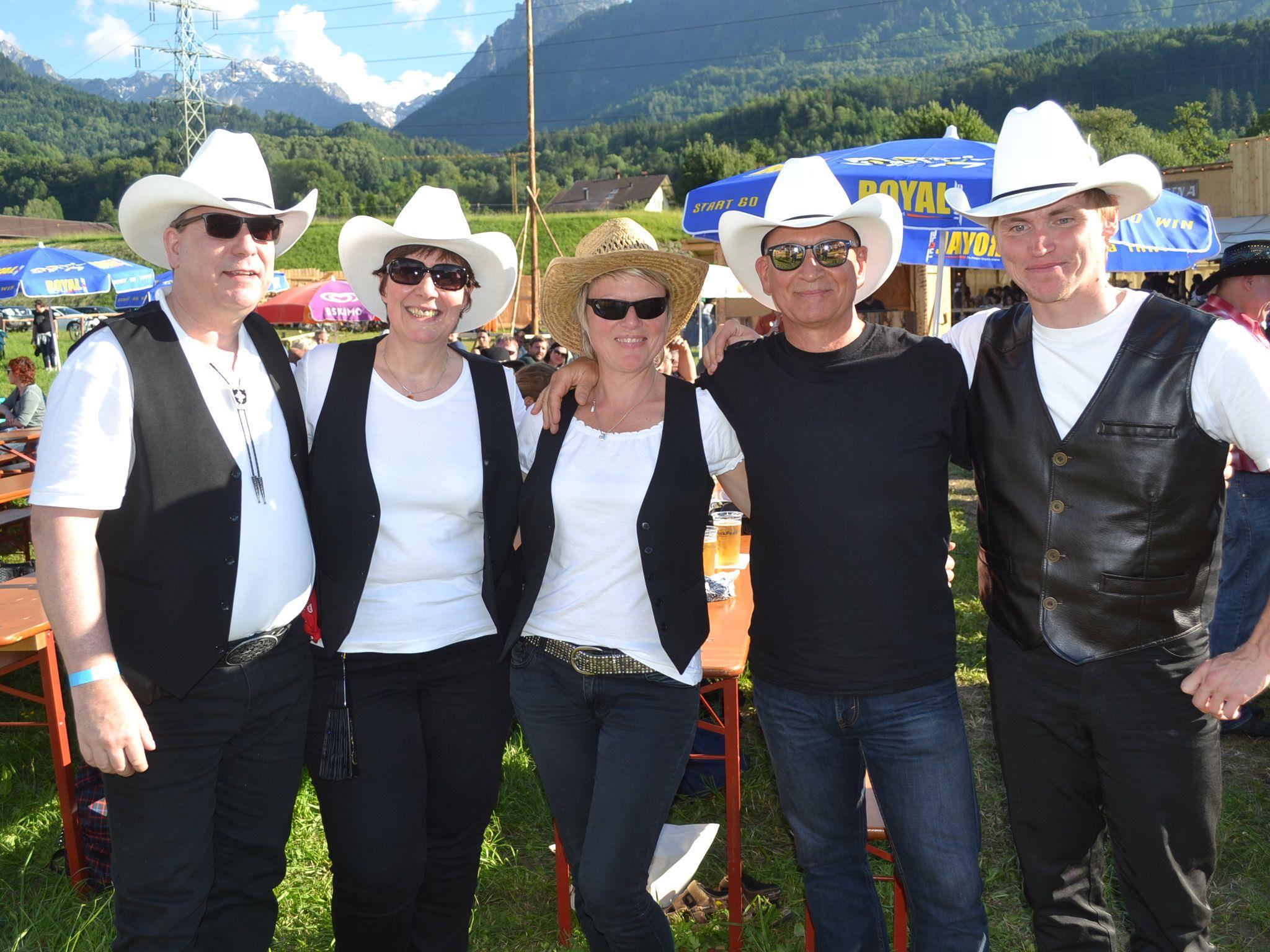 Michael, Ute, Kerstin, Carsten und Jens sind mit ihren Freunden extra aus dem deutschen Liebenau angereist.