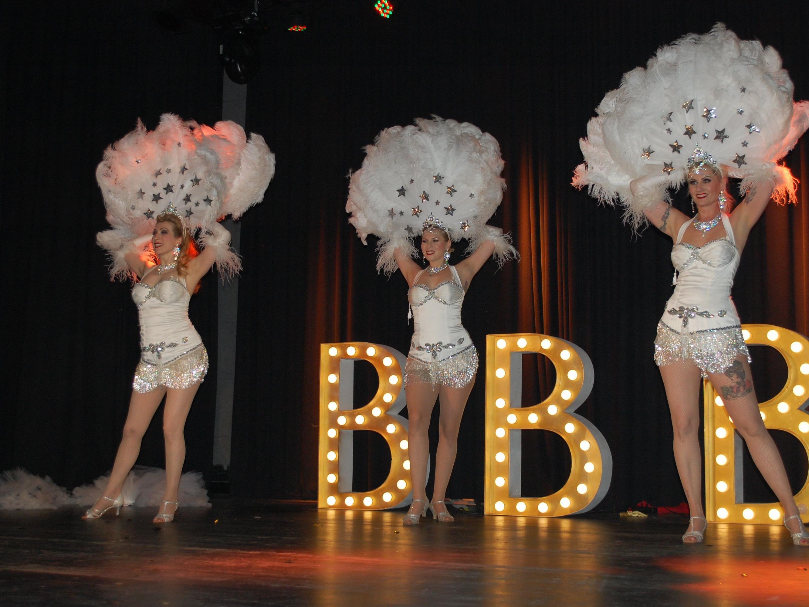 Langbeinige, sexy Blondinen verzauberten das Publikum.