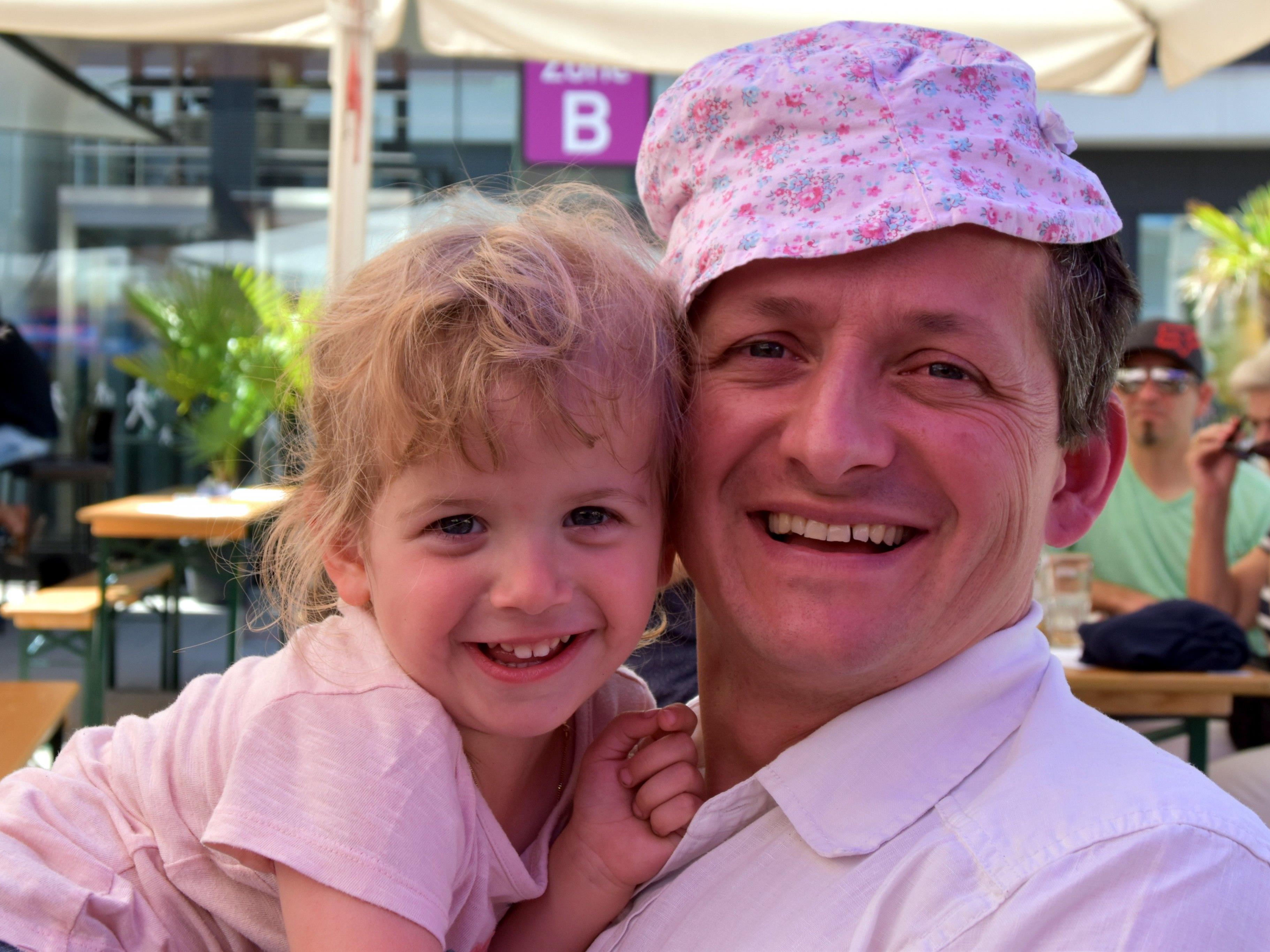 Anna schenkt  Papa Markus zum Vatertag ihren Sonnenhut
