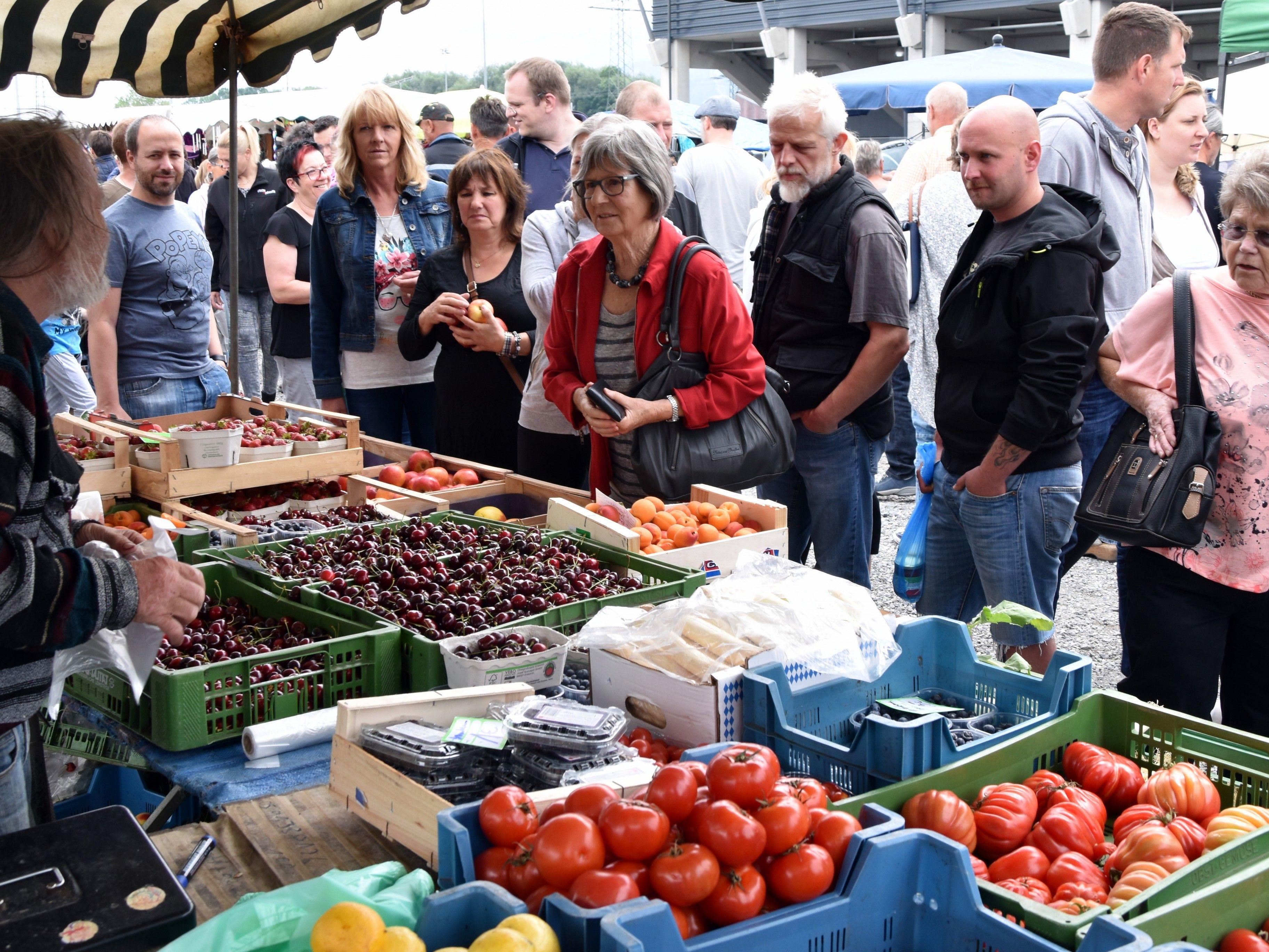 Auch frisches Obst und Gemüse fand viele Abnehmer