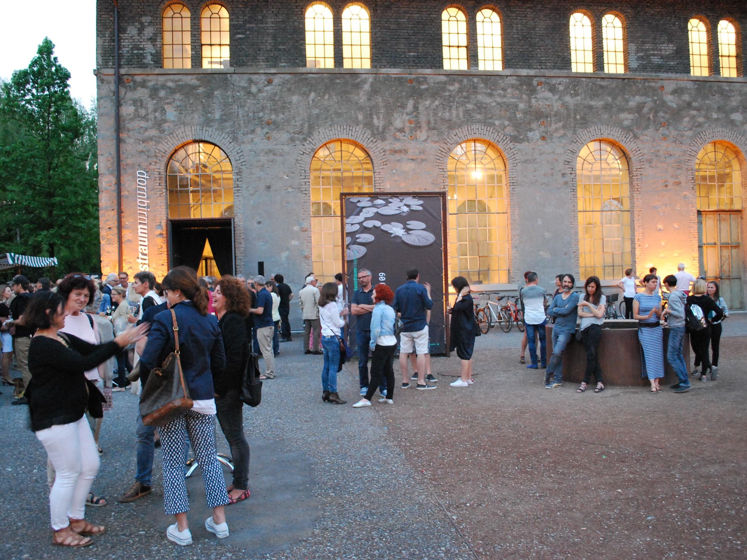 Viele Besucher genossen einen anregenden Eröffnungsabend.