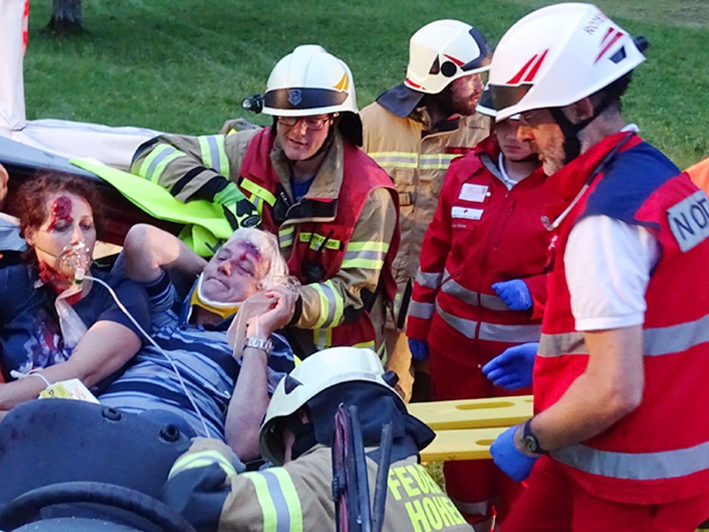 Bergung der Verletzten durch Notärzte und Feuerwehrler aus dem Flugzeugwrack.