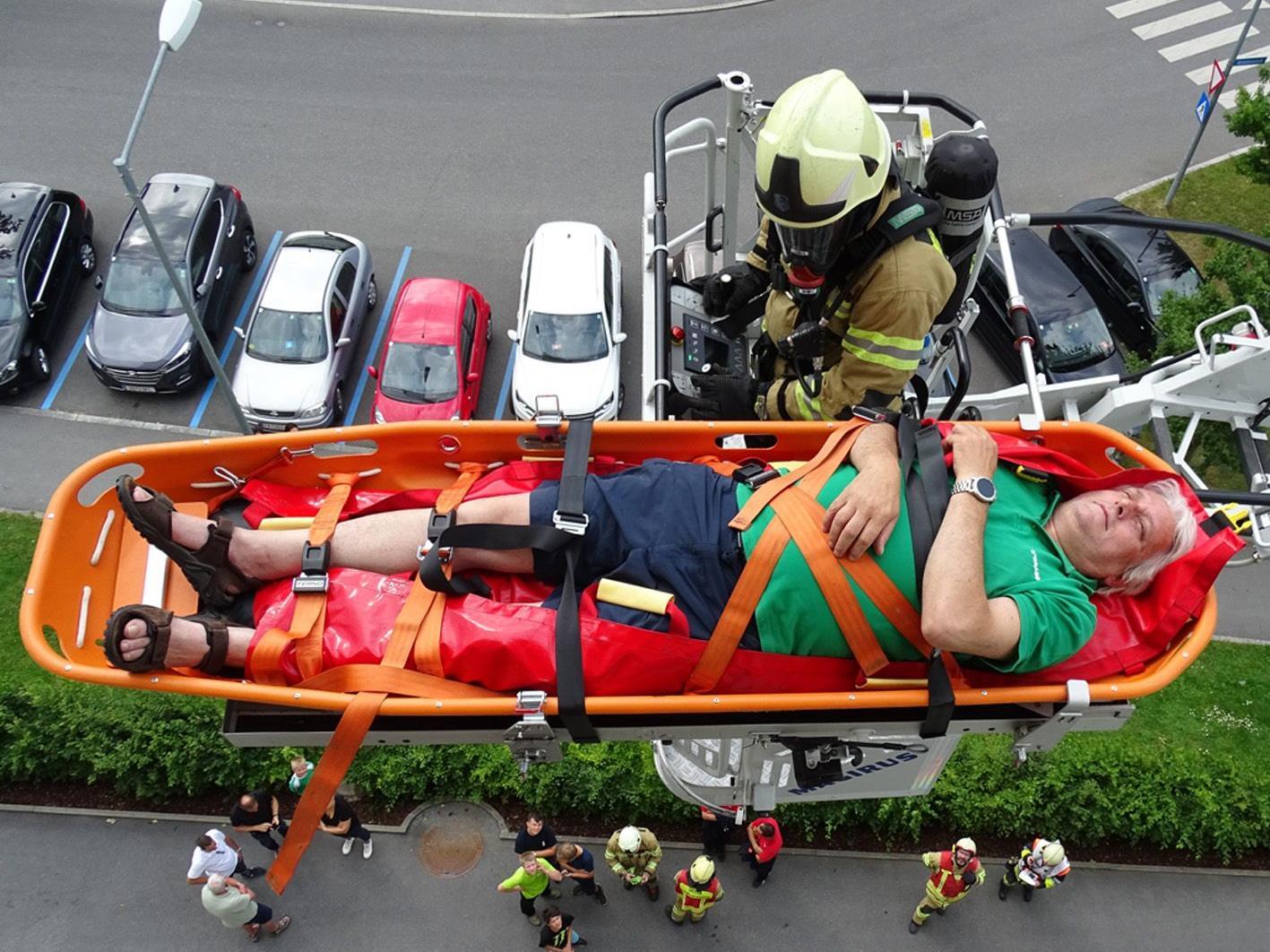 Die Bergung von Verletztenaus dem Emser Landeskrankenhaus  erfolgte auch mit der Drehleiter.