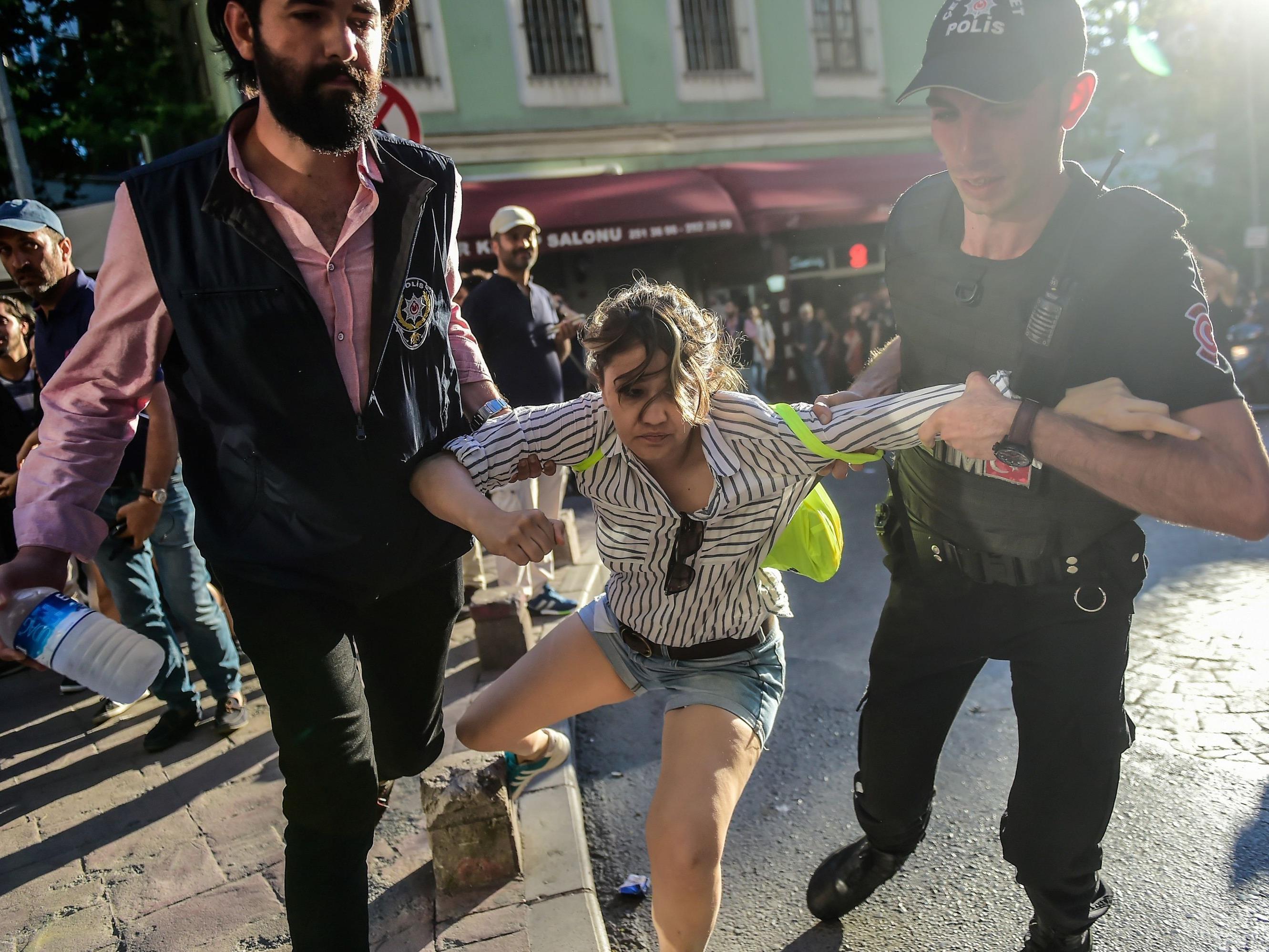 Türkische Polizisten gingen gehen Teilnehmer der Gay Pride Demo in Istanbul vor.
