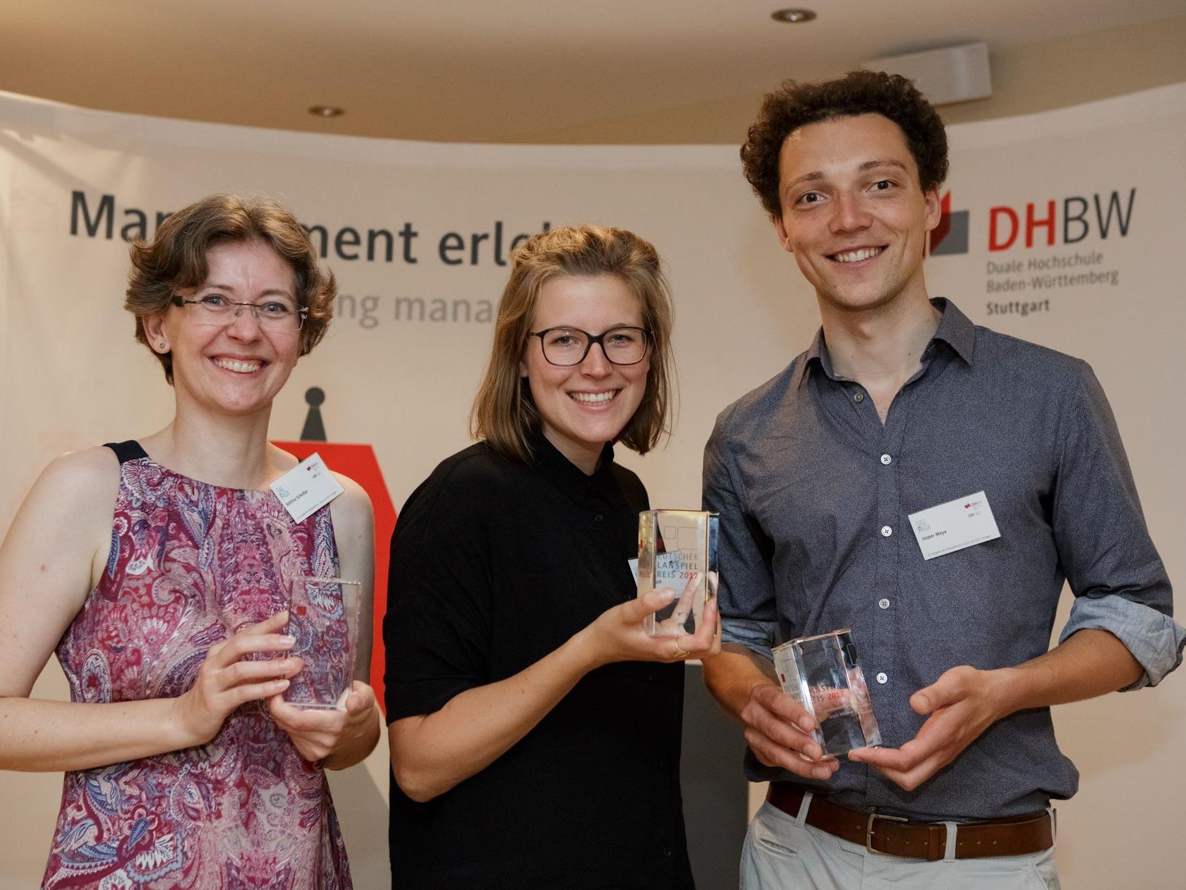 Die Preise gingen an Linda Dowidat von der FH Aachen (1. Platz, Mitte), Bettina Schedler von der FH Vorarlberg (2. Platz, links) und Jasper Nikolaus Meya von der Universität Bremen (rechts).
