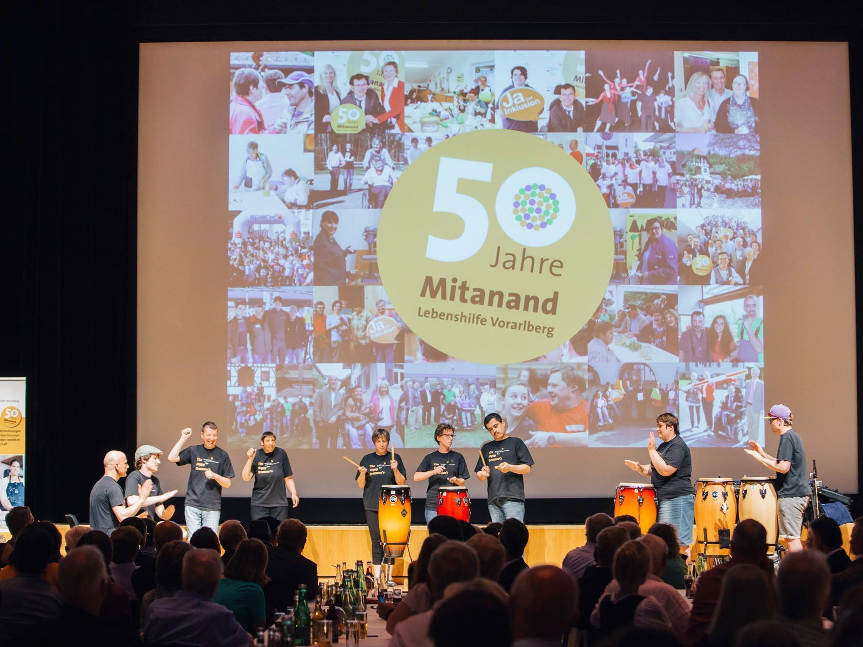 """Die """"Happy Drummers"""" der Fachwerkstätte Schwarzach sorgten für Trommelrhythmen."""