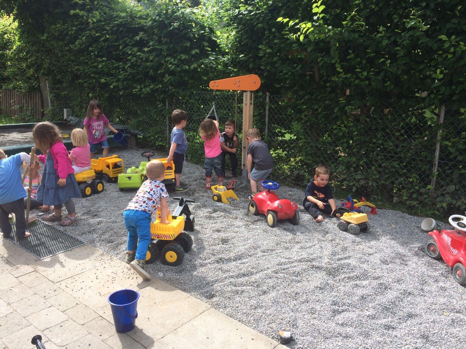 spielende Kinder der Fischle und Fröschlegruppen