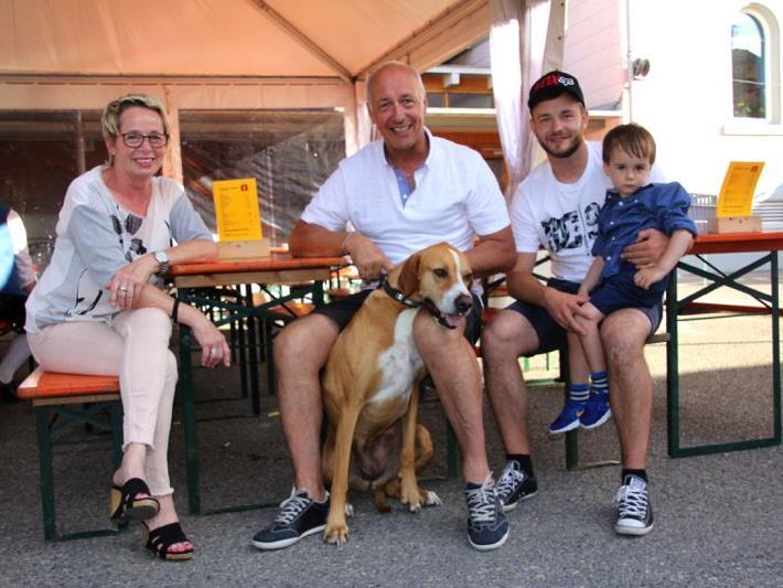 Familie Fröhle ist jedes Jahr dabei: Silvia, Günther, Sohn Dominik und Enkel Elias mit Hund Leila beim Strossahock 2017.