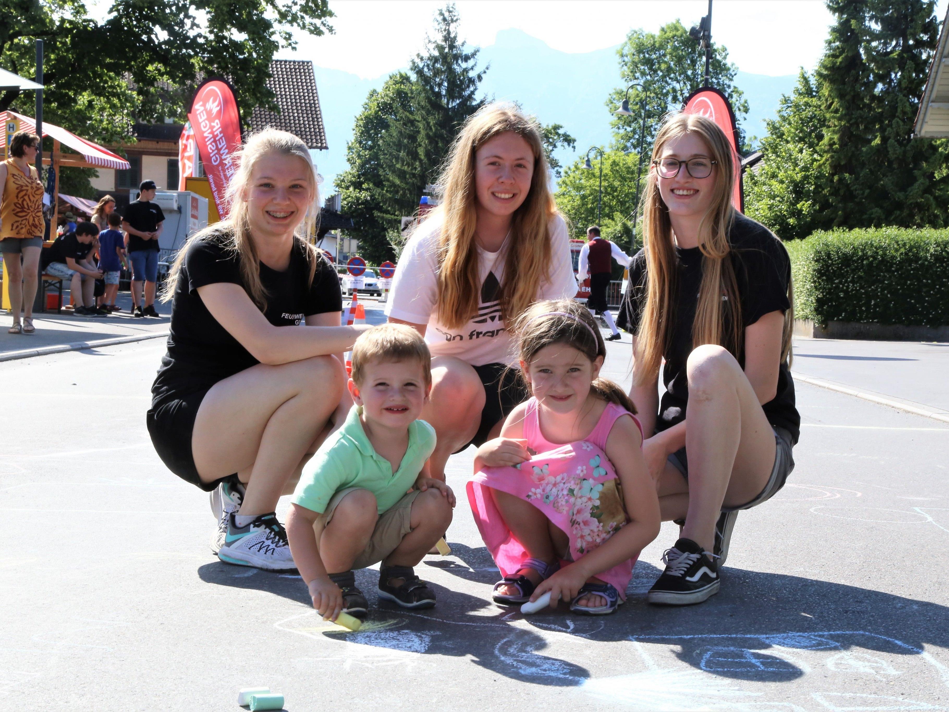 orgten für eine bunte Hauptstraße in Gisingen: Linda, Sophie und Lara mit Kilian  und Hannah