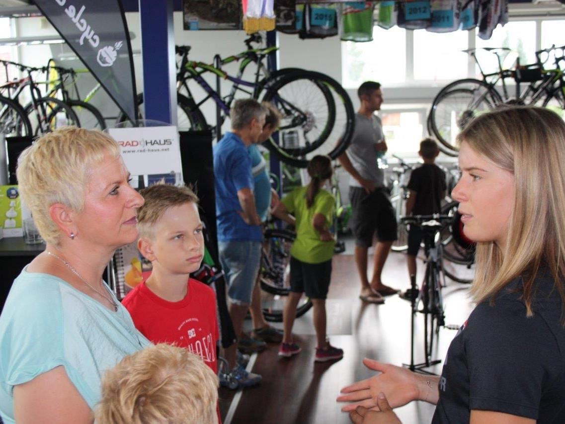Die Göfnerin Katharina Liensberger erhielt ein neues Trainingsrad vom Radhaus Rankweil