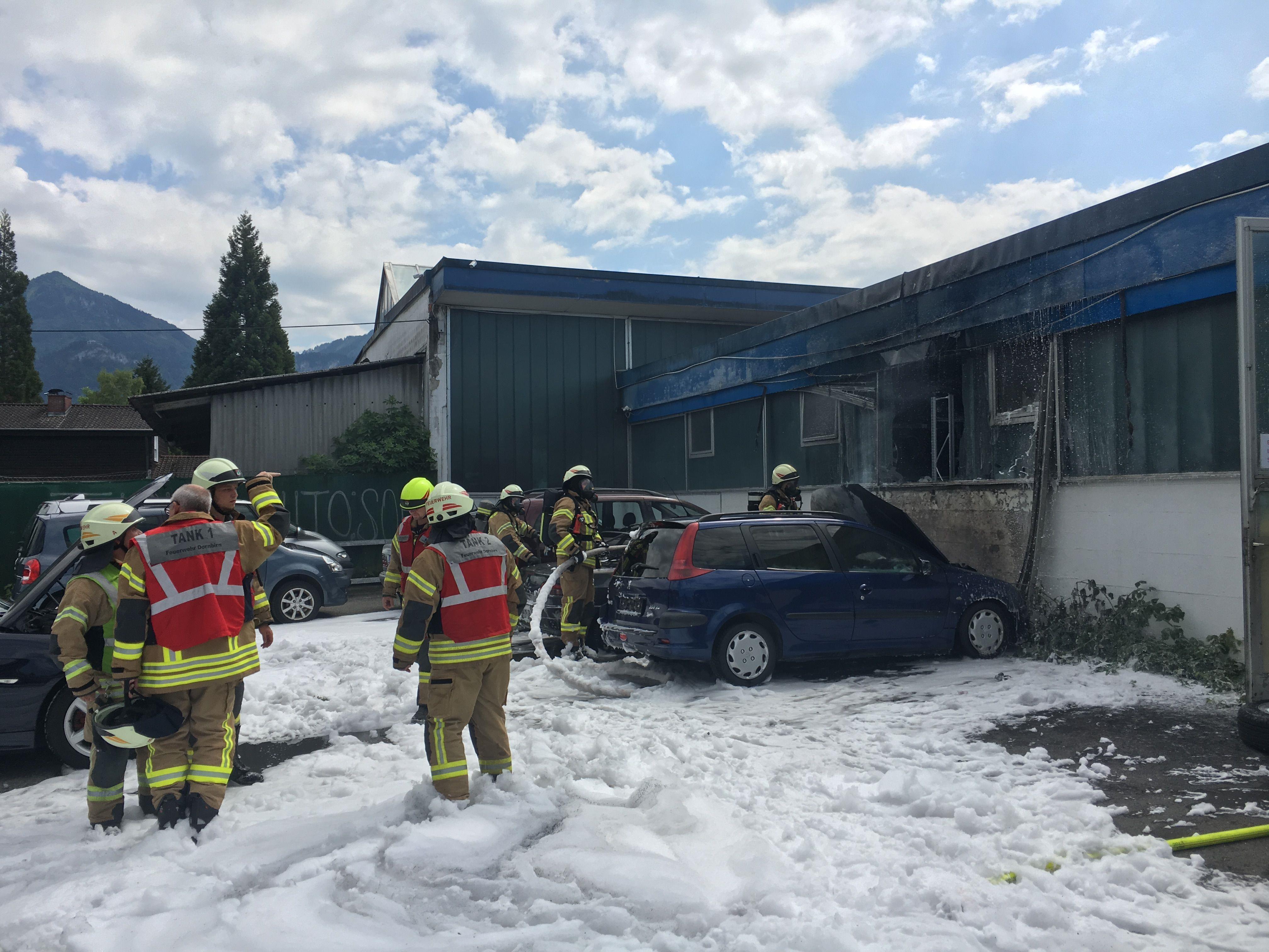 Zwei Pkw wurden zerstört, die Feuerwehr verhinderte ein Ausbreiten des Feuers.