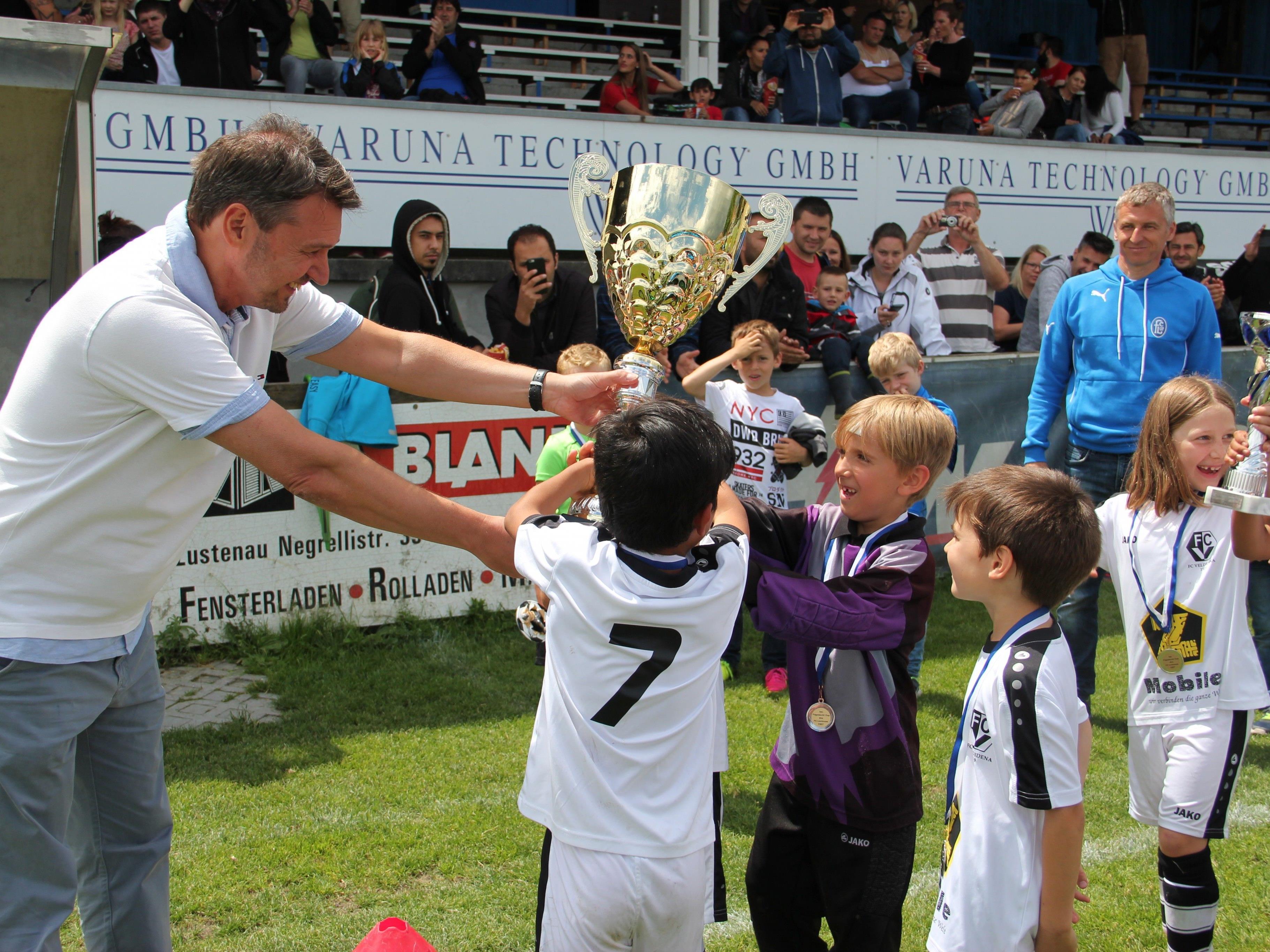 Bürgermeister Fischer ließ es sich nicht nehmen die jungen Sportler beim Fägnascht-Cup  persönlich zu ehren.