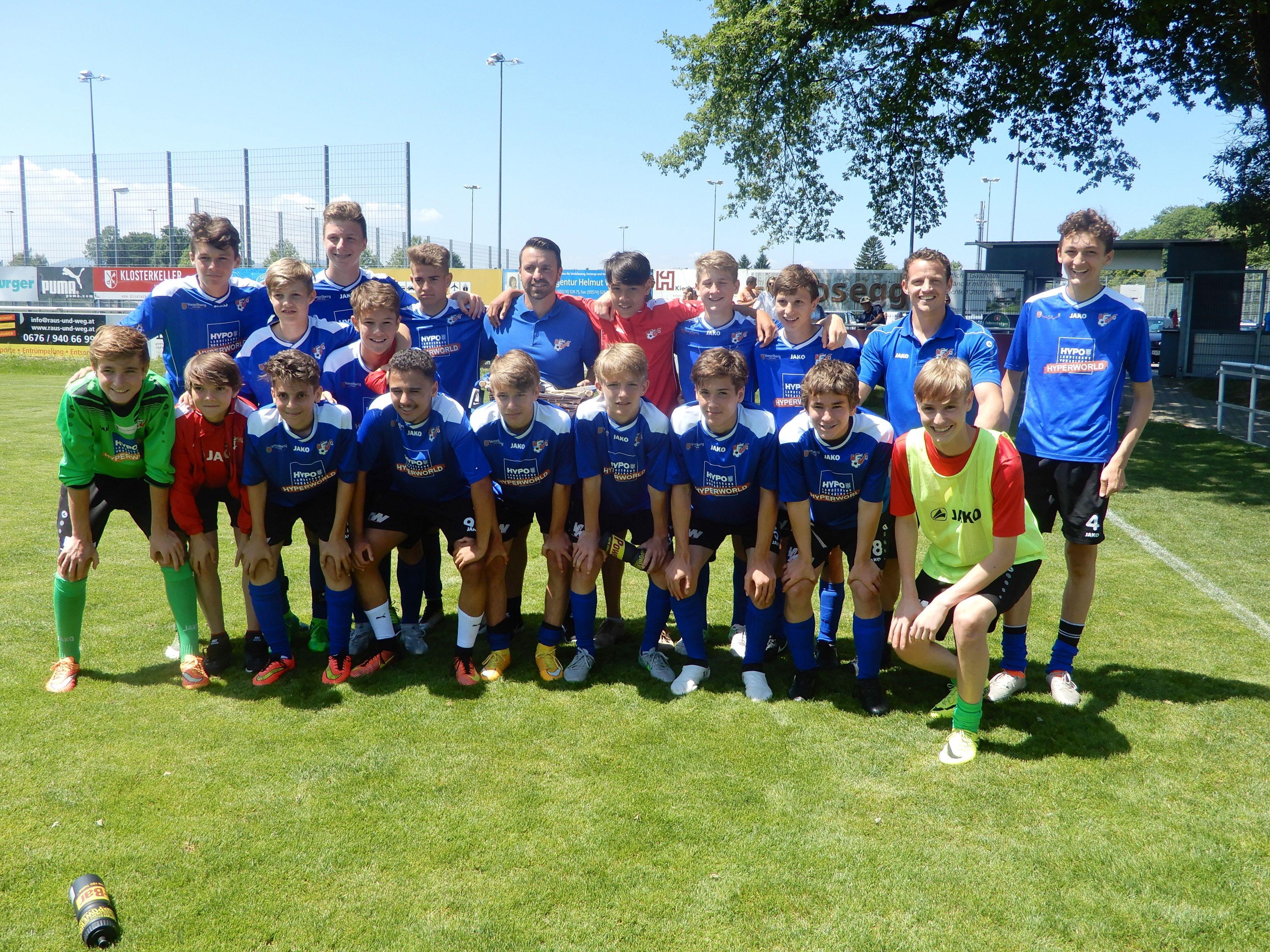 AKA U15-Trainer Klaus Nussbaumer freute sich mit seinen Jungs über ein gelungenes Saisonfinale mit einem Sieg gegen St. Pölten.