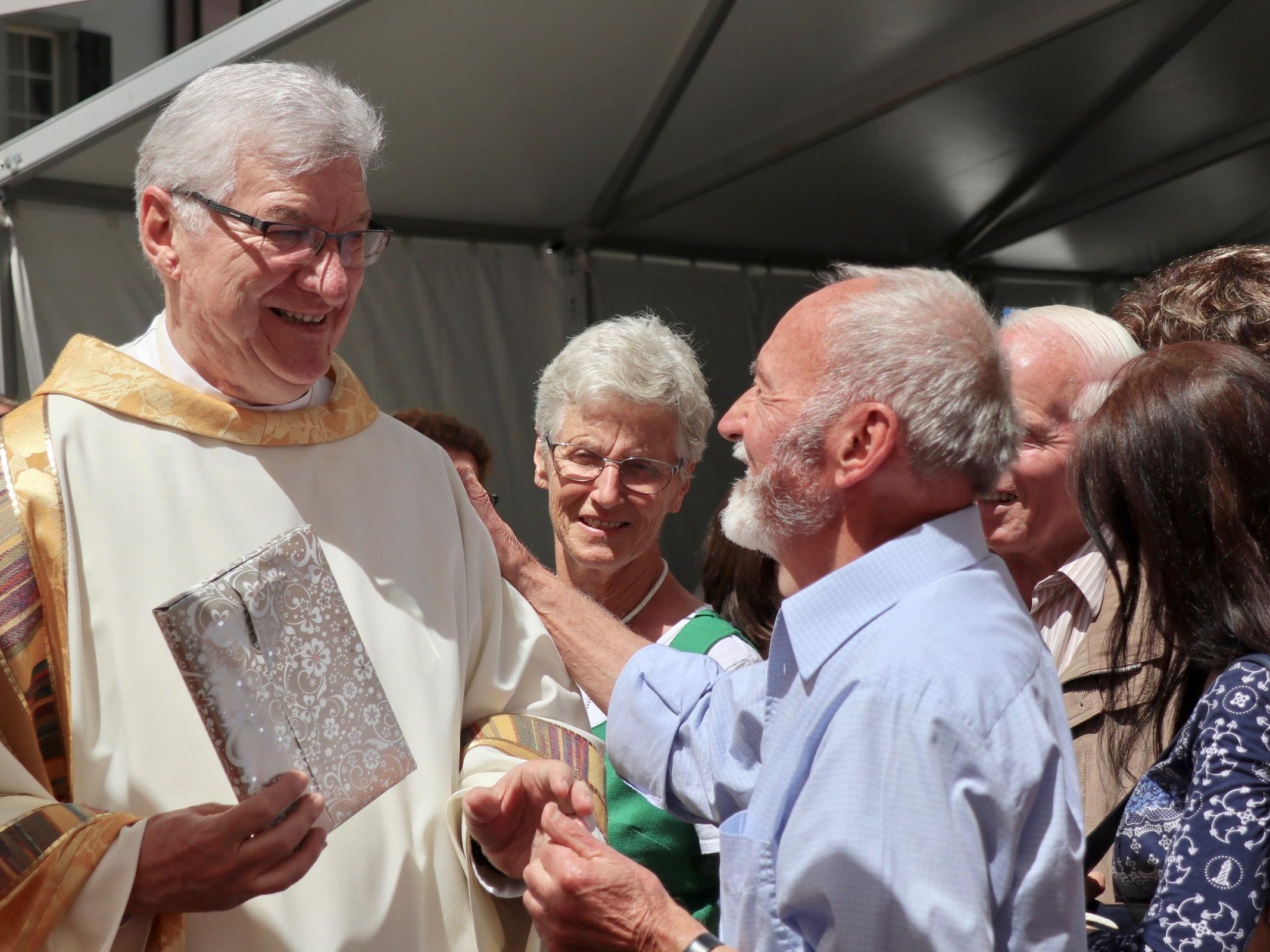 Jeder Gast wollte Dompfarrer Rudl Bischof zu den beiden Jubiläen gratulieren und gute Wünsche überbringen.