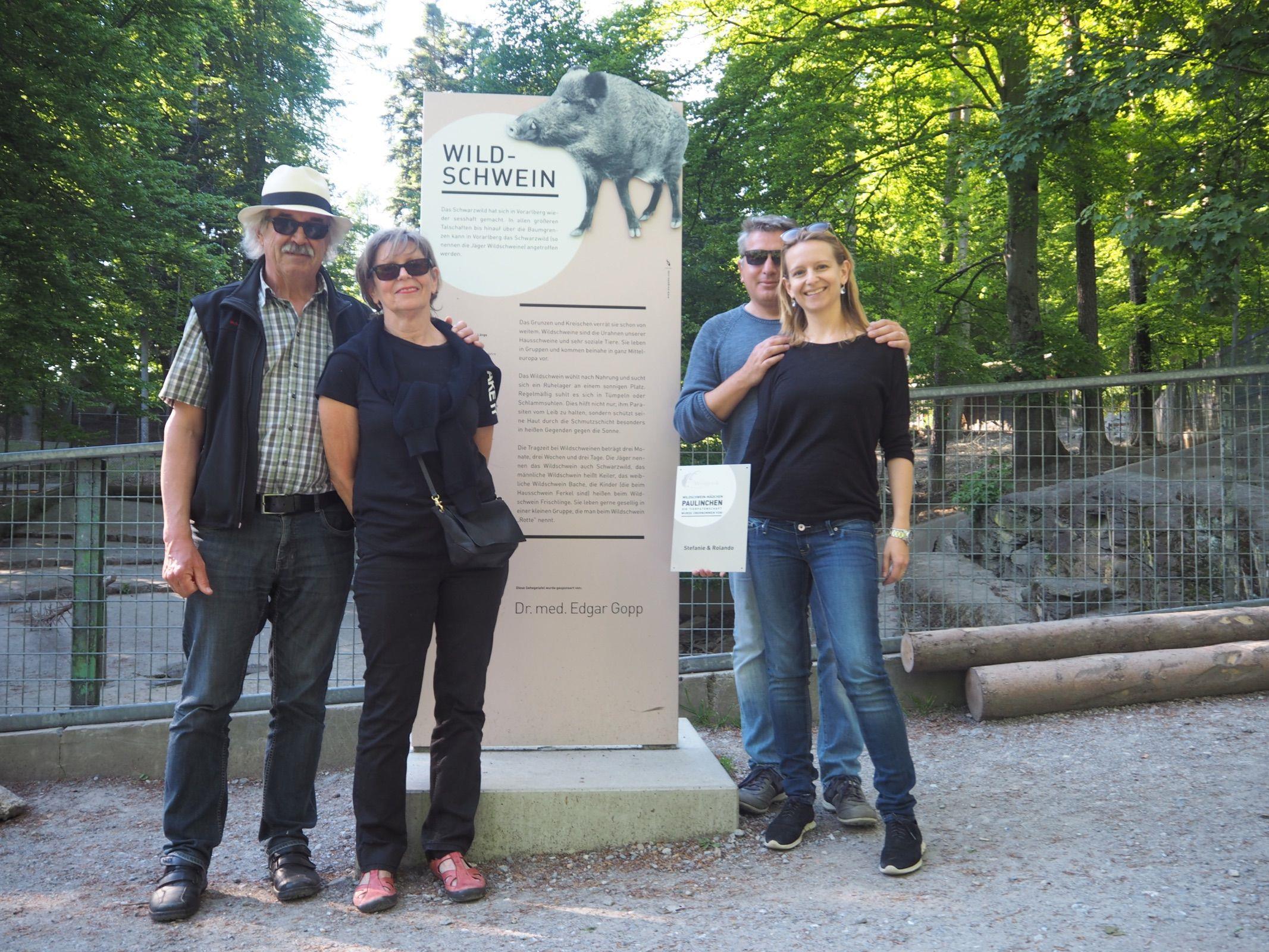 Bei der Übergabe der Patenschaftstafel: Hannes, Waltraud und das Brautpaar Rolando und Stefanie.