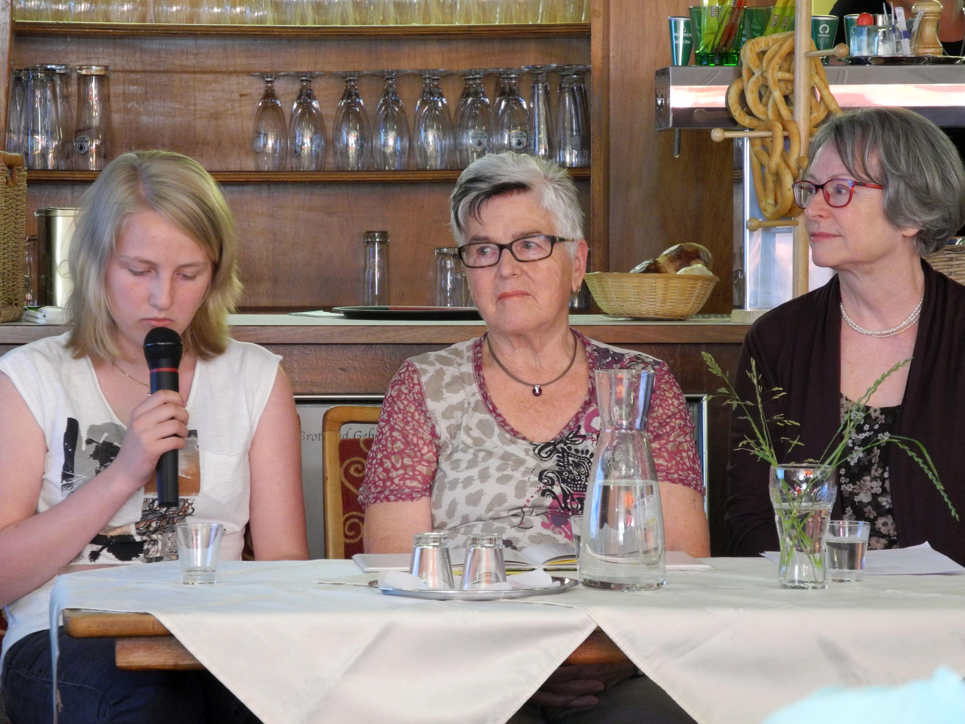 Die Mitglieder der Schreibwerkstatt sorgten für eine humorige Auszeit im Café Ulmer.