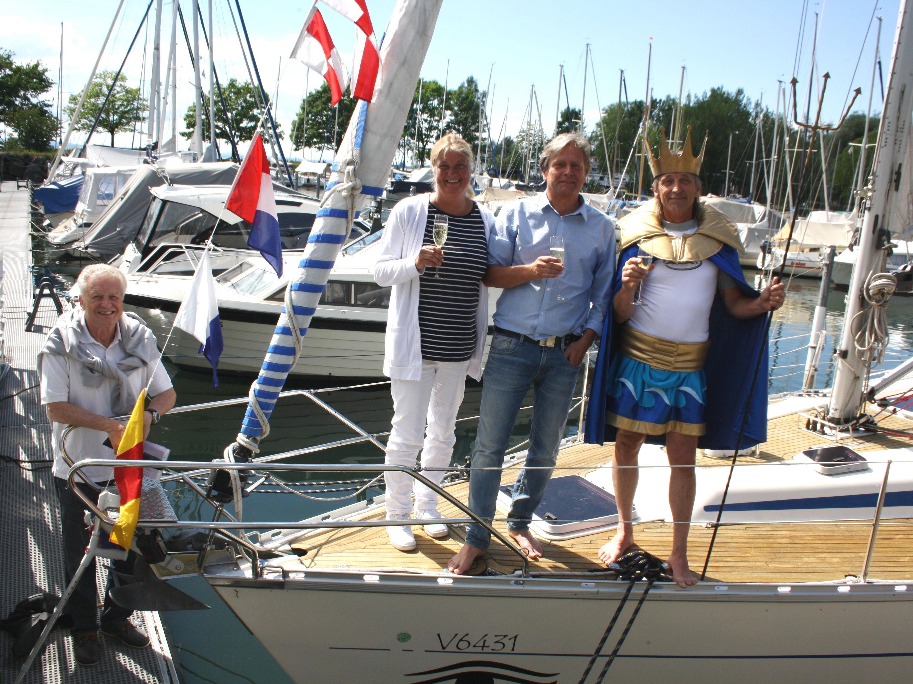 """""""Eine allzeit gute Fahrt und immer eine Handbreit Wasser unter dem Kiel"""", so der Wunsch des """"Bodenseegott Neptun"""" bei der Sekttaufe."""