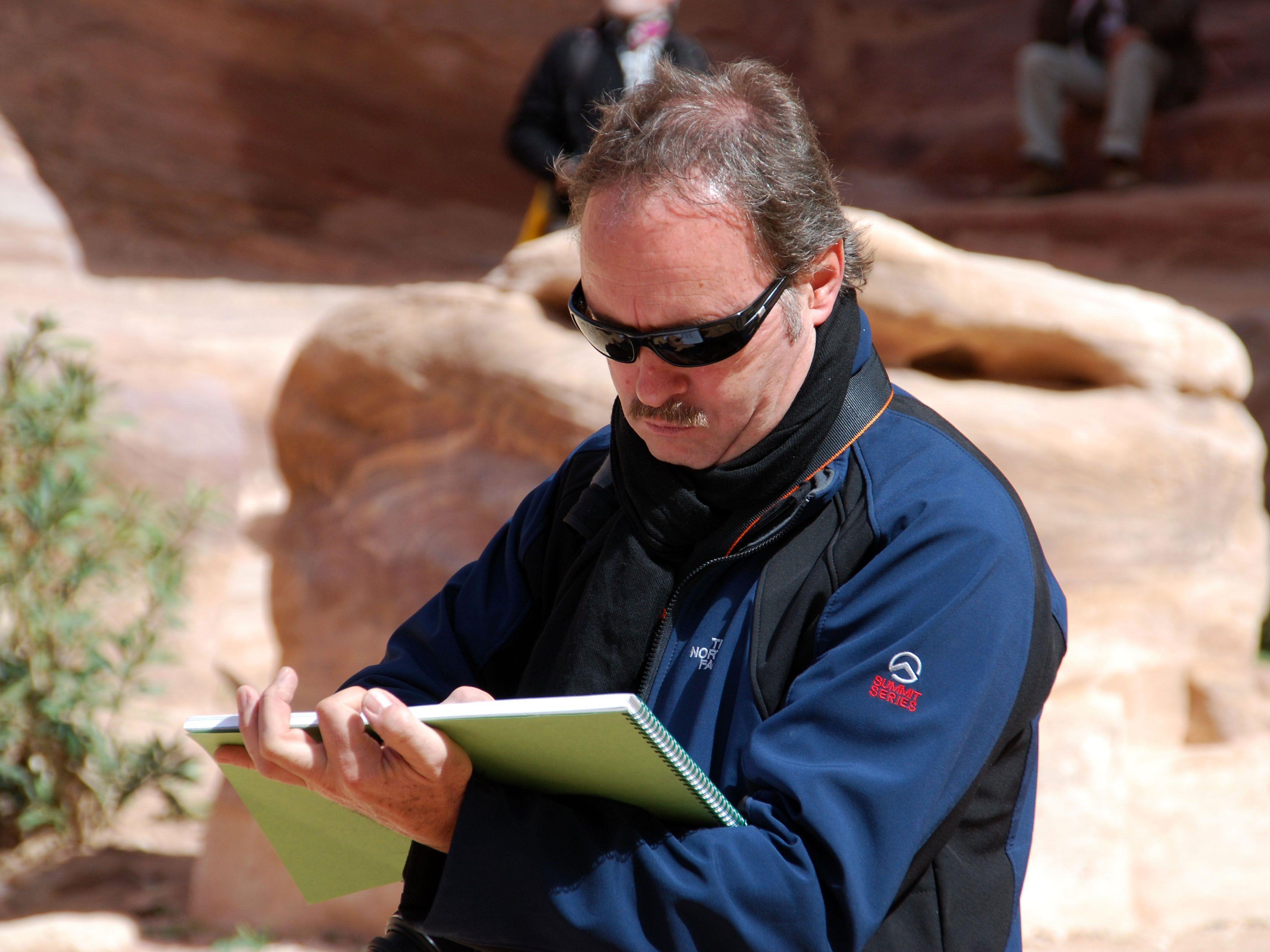Gerhard Mangold mit Zeichenblock bei einer Studienreise in Petra/Jordanien.