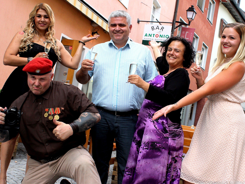 """Zur großen Freude durfte auch Chef Antonio mit den Damen und Organisator """"Mr. Ugly"""" für ein Erinnerungsfoto in Pose gehen"""
