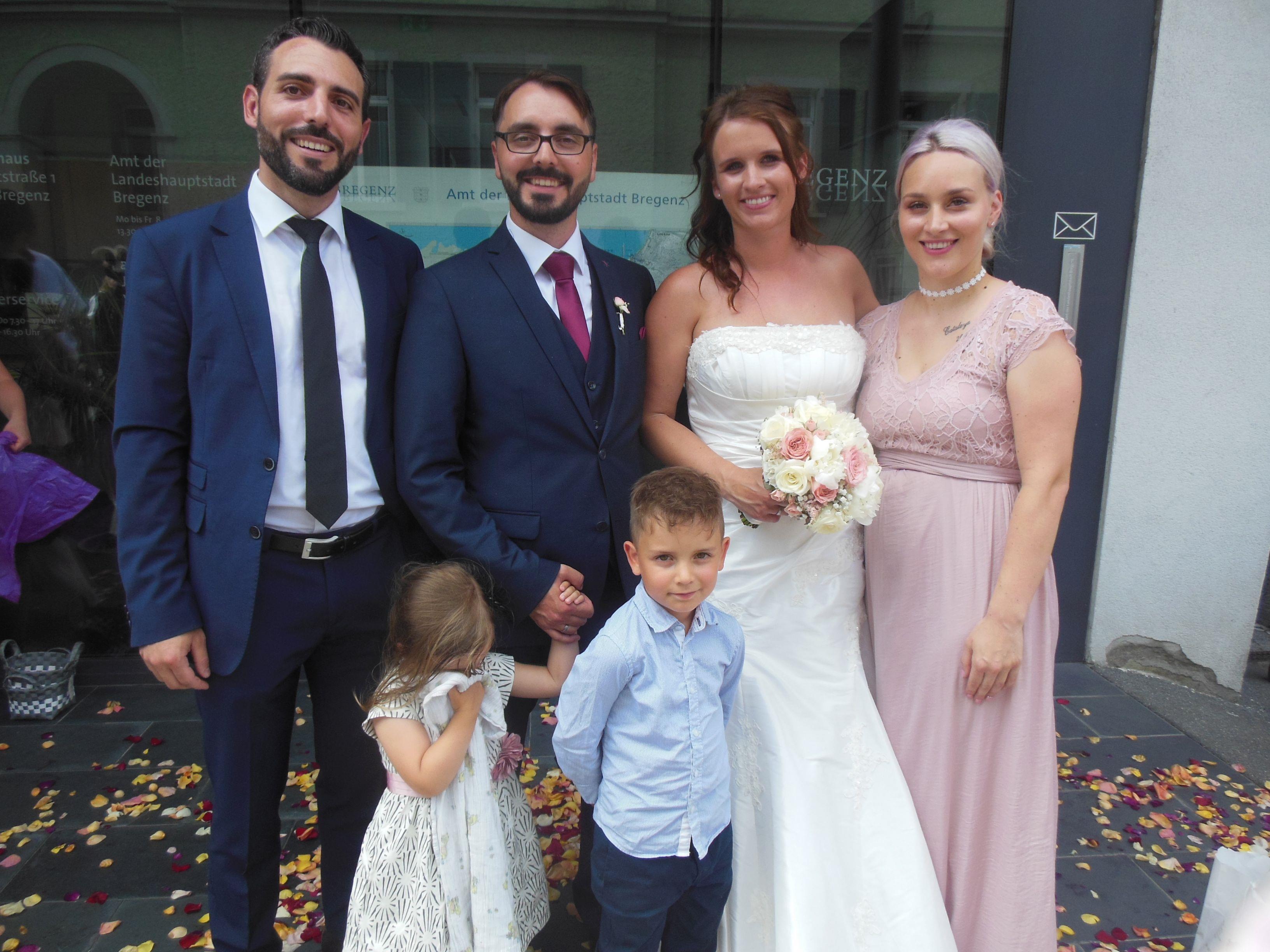 Das glückliche Paar mit Luca und Marie und den Trauzeugen.