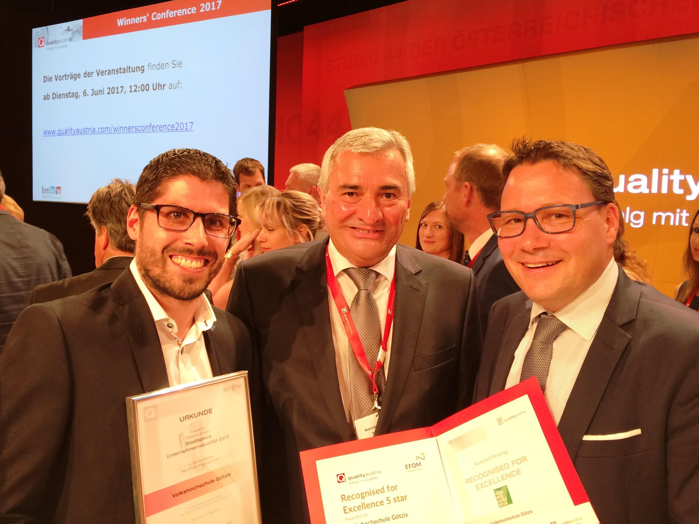 Der CEO der Quality Austria, Dr. Konrad Scheiber, überreicht GF Stefan Fischnaller (r) und stv. GF Bastian Kresser (l) das Qualitätsdiplom