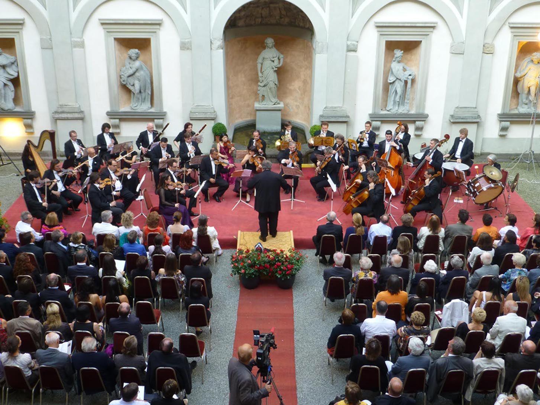 """Das Arpeggione-Konzert """"Sommertänze"""" findet im Hof des Hohenemser Palastes statt."""