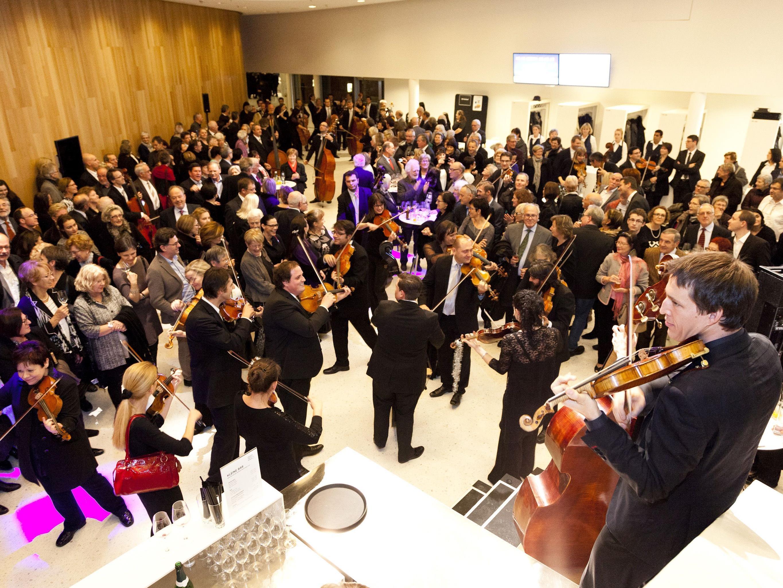 Beim Orchester Jubiläum 2015 mischte sich das Orchester unters Publikum. Am 14. Juni 2017 geht das Orchester in die Marktgasse und wer Lust hat, kann den Taktstock selbst in die Hand nehmen.