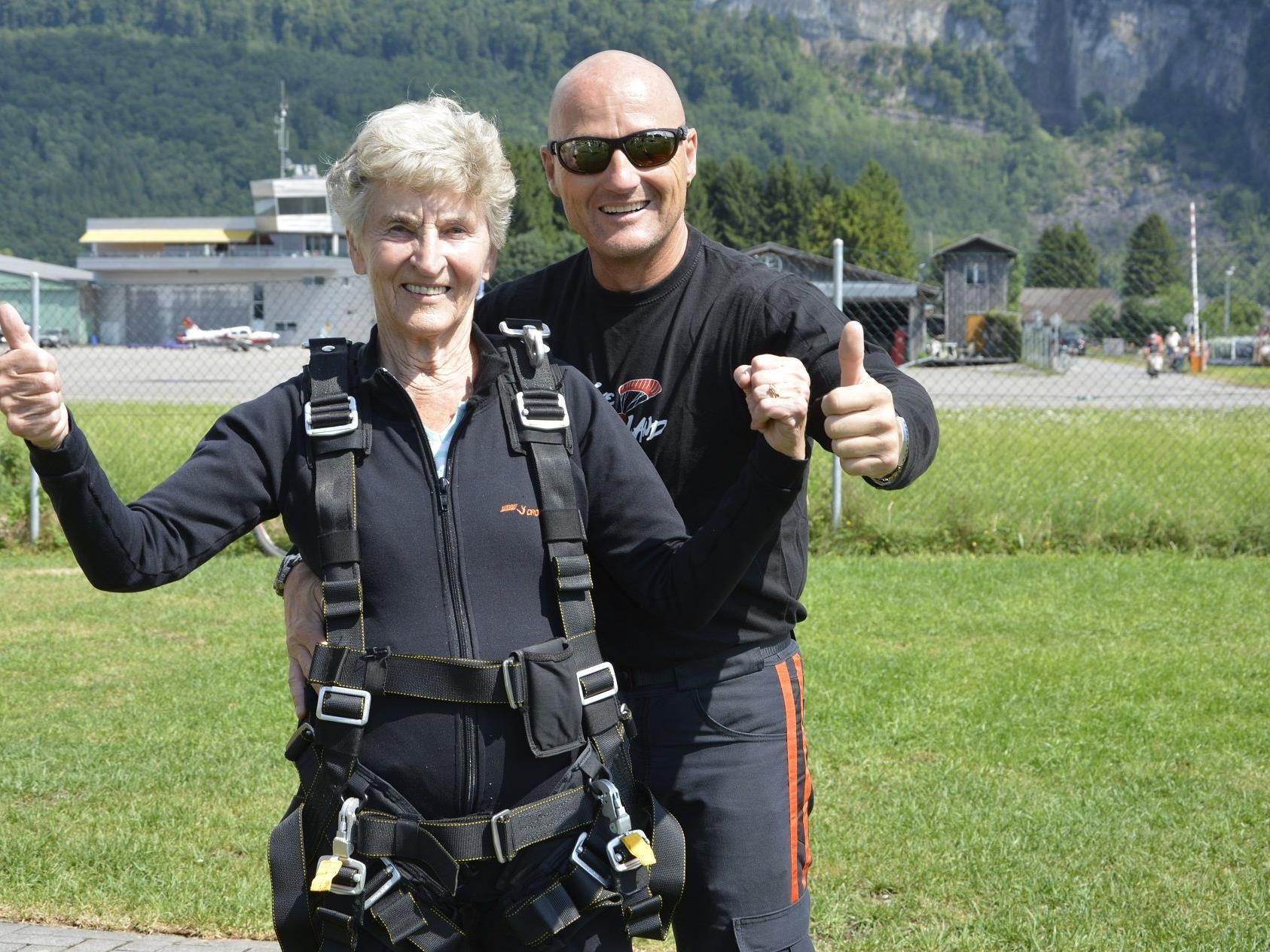 Lydia Kalb ist bereit zum Flug. Zusammen mit ihrem Tandemmaster Robert wird sie den Sprung wagen.