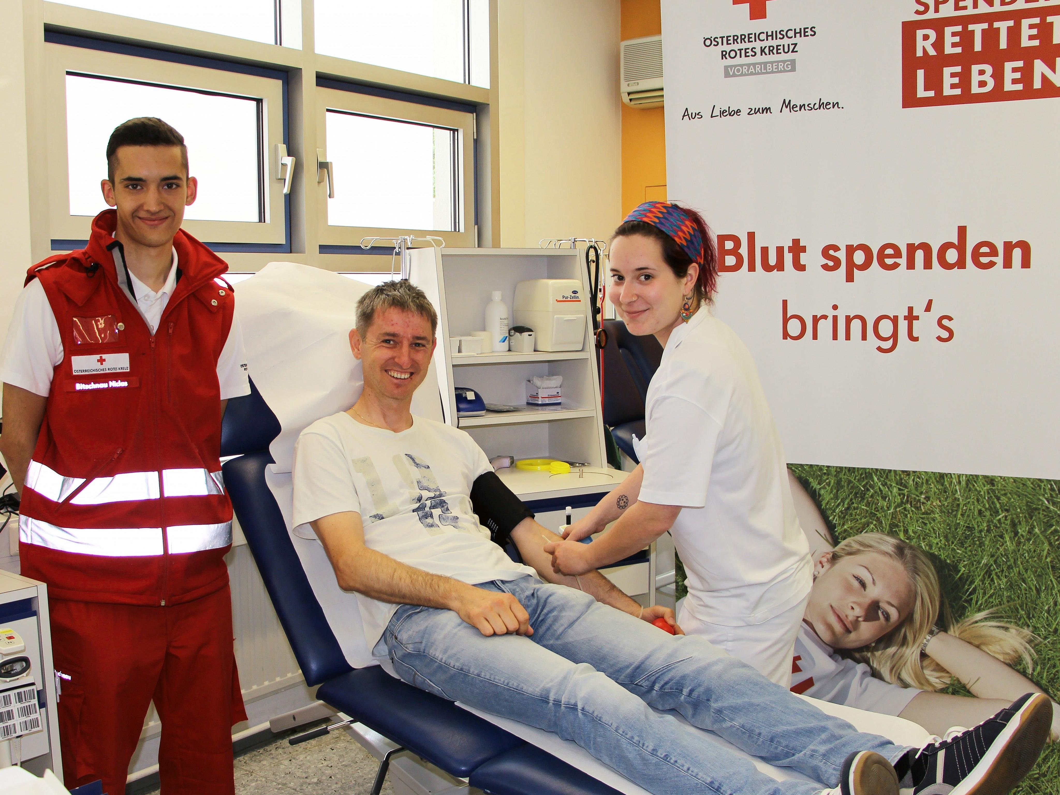 Die beiden Blutbank-Mitarbeiter Niclas Bitschnau (li.) und DGKS Sarah Morscher betreuen Elmar Böhler bei seiner Blutspende.