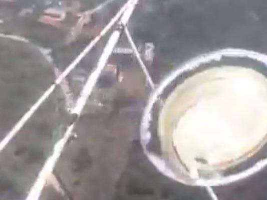 Ein Passagier filmte aus dem Fenster des Hubschraubers.