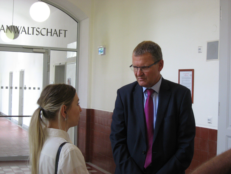 Klägerin Kristina V. mit Anwalt Andreas Ermacora heute im Landesgericht.