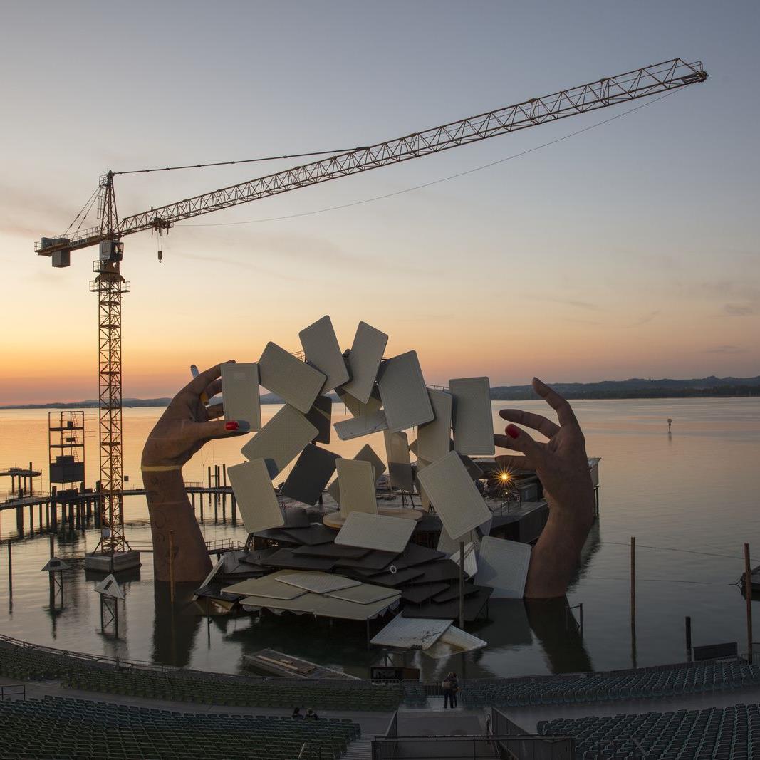 """Liebherr-Turmdrehkrane bauen das Bühnenbild für die Oper """"Carmen"""" in Bregenz."""