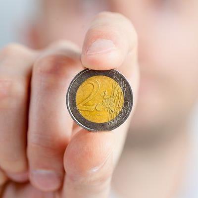 Beim nächsten Urlaub sollte man eine Münze ins Eisfach legen.
