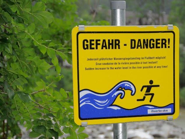 Bitte beachten Sie Tafeln und Warnhinweise.