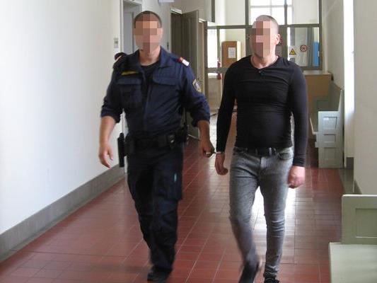 Der ältere der beiden Angeklagten wird in den Gerichtssaal geführt.