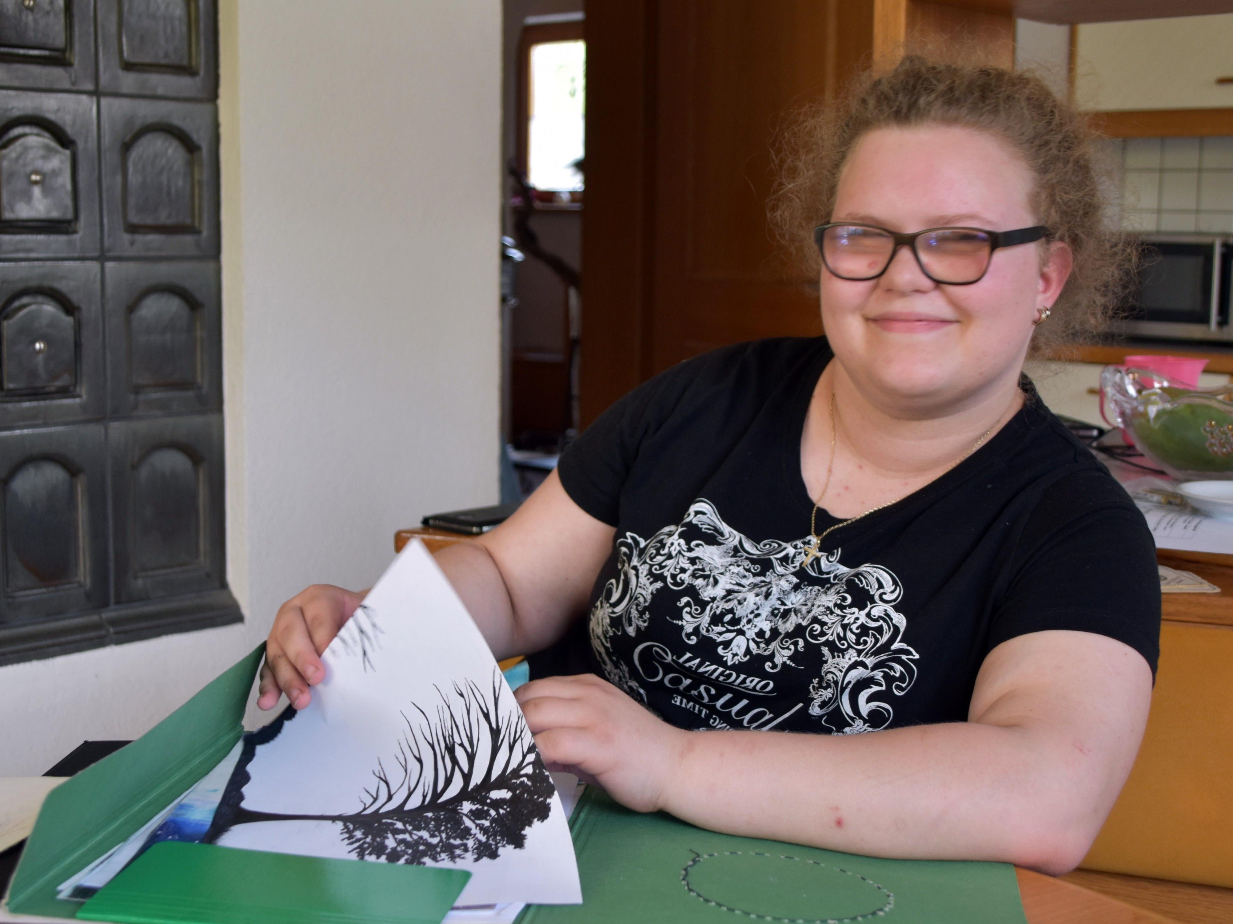 Julia blättert in ihren Mappen