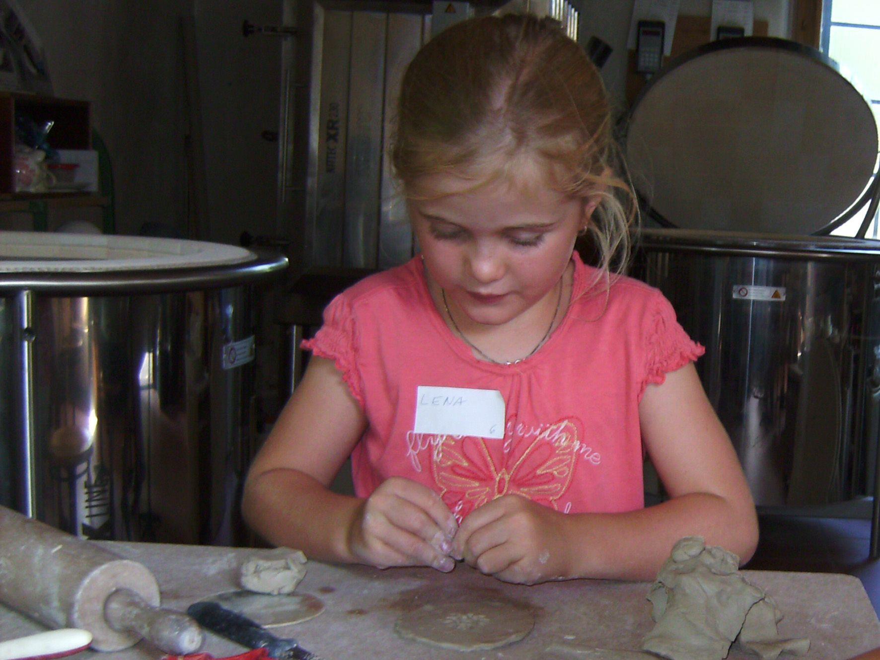 """Eines der Kinder, welches am Workshop """"Töpfern für Kinder"""" teilgenommen hat."""