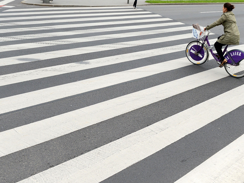 In Donnerstag wurde ein Fußgänger beim Überqueren eines Schutzweges von einem Auto erfasst.