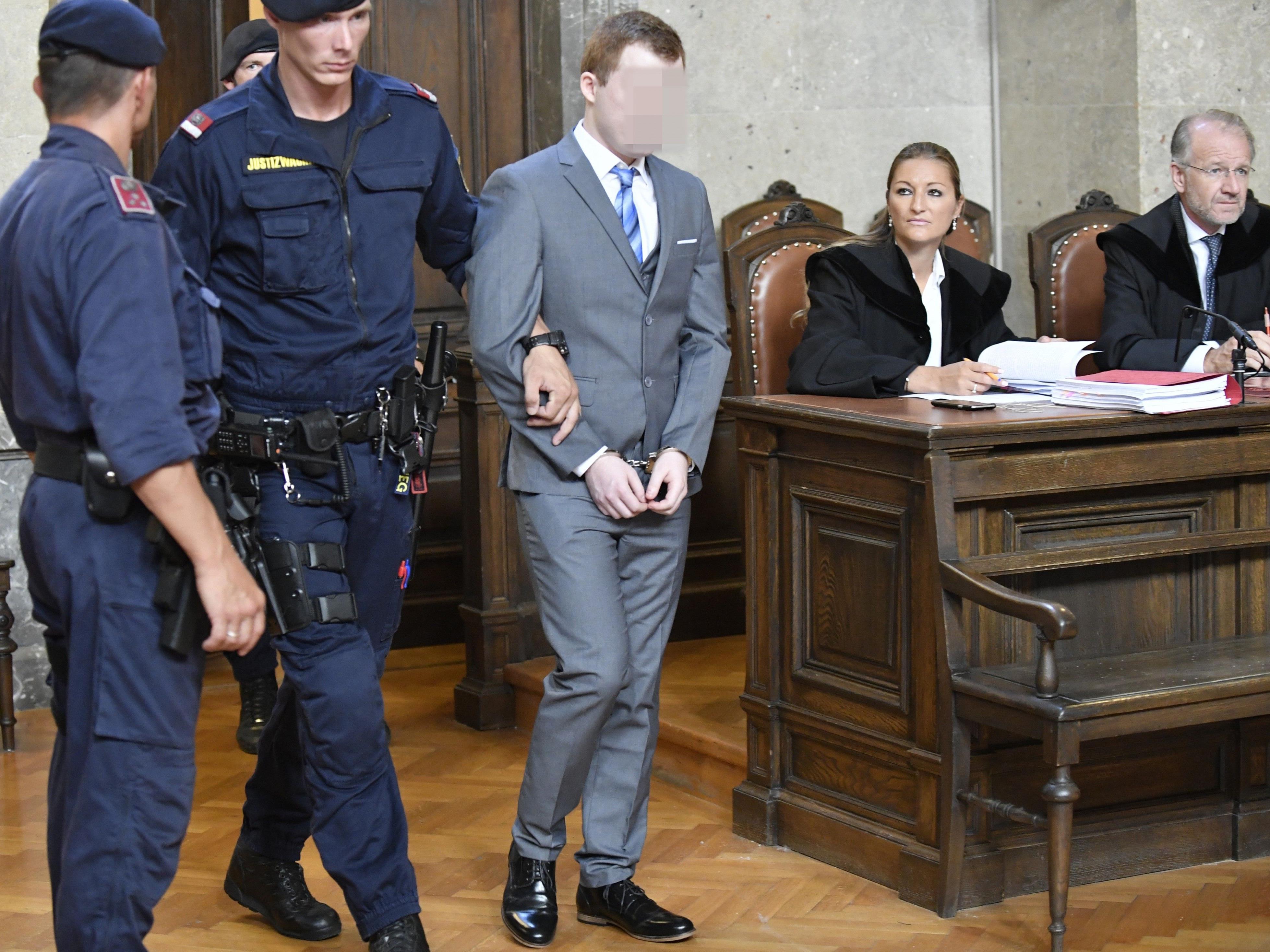 Lebenslange Haft gab es für den 24-jährigen Polizisten