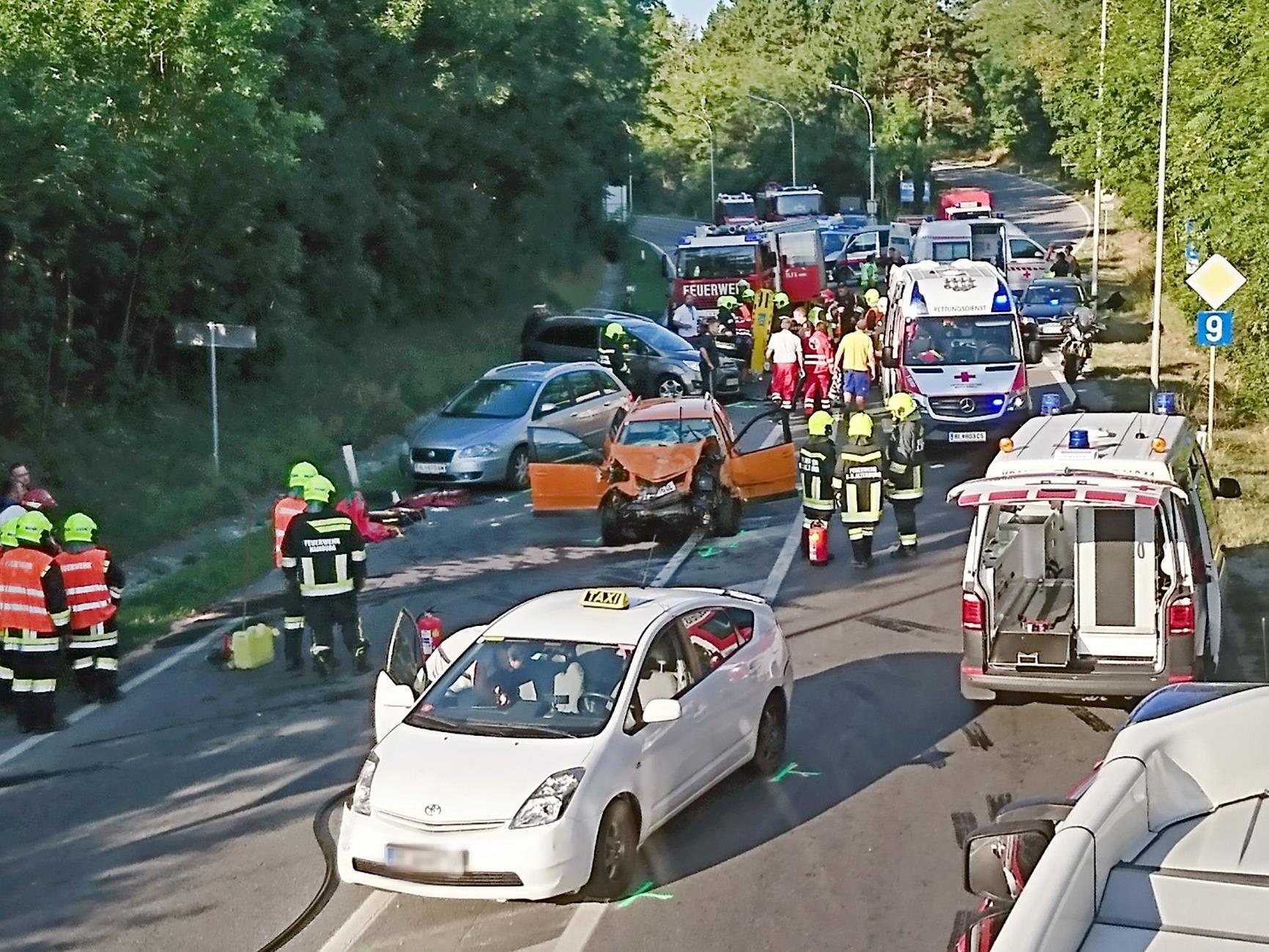 An der Unfallstelle bei bei Hainburg (Bezirk Bruck an der Leitha)