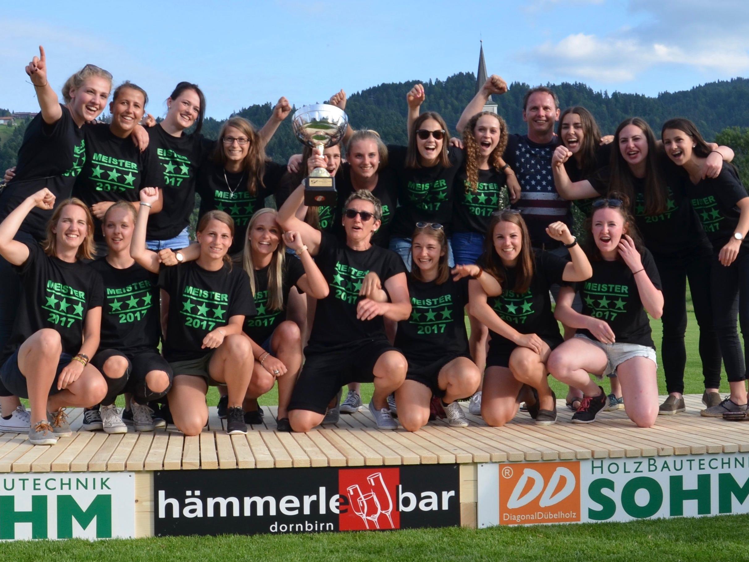 Das Damenteam vom FC Alberschwende holte zum dritten Mal in Folge den Meistertitel in der Vorarlbergliga.