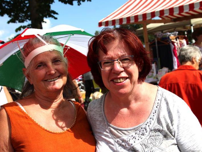 Helga Rützler vom Talente Tauschkreis Vorarlberg und Rita Meier aus Tisis hatten einen gemeinsamen Stand beim Trödelmarkt.