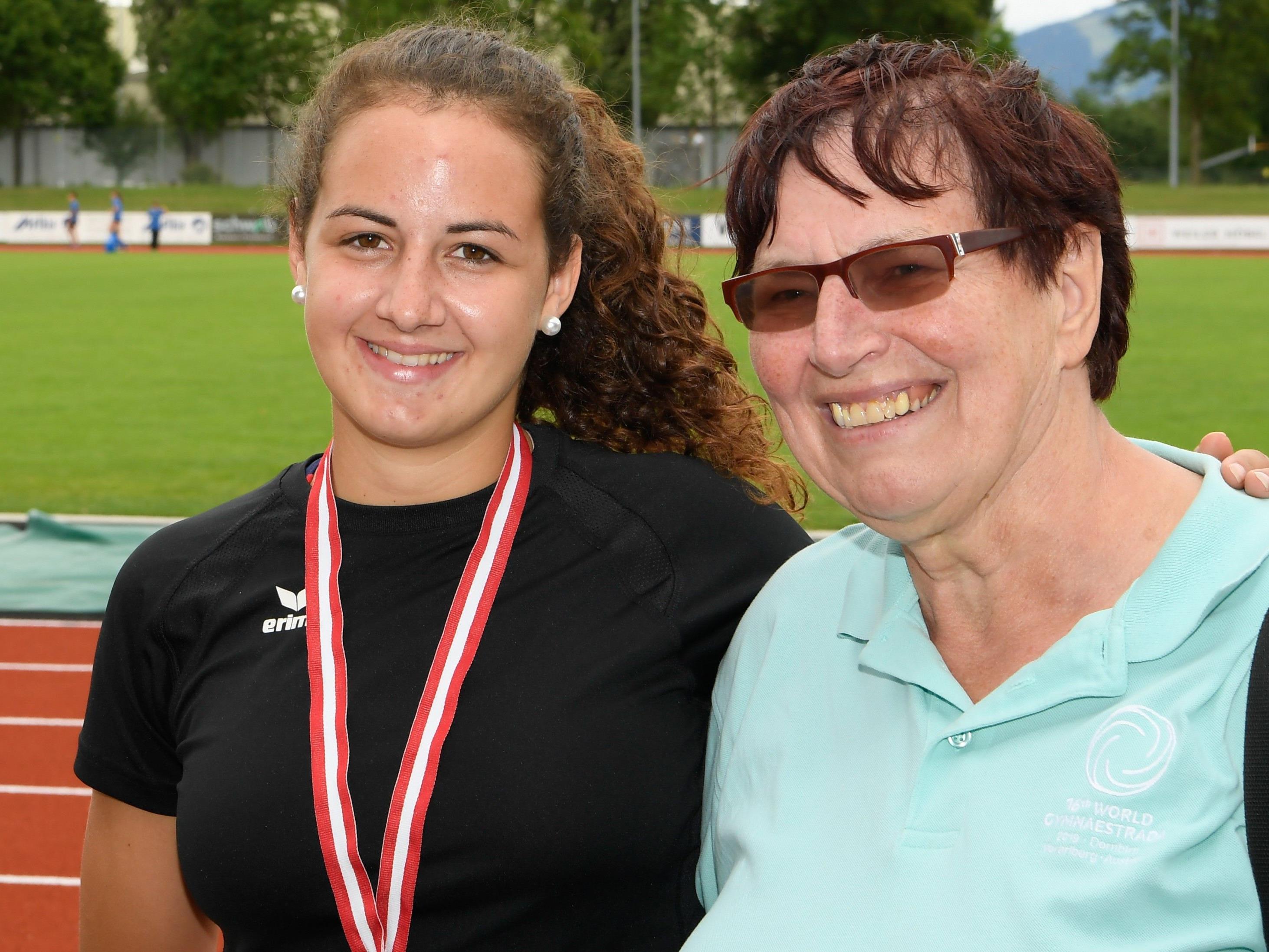 Reini Frick von der TS Dornbirn freute sich mit Belinda Pirker über gleich zwei Goldmedaillen.