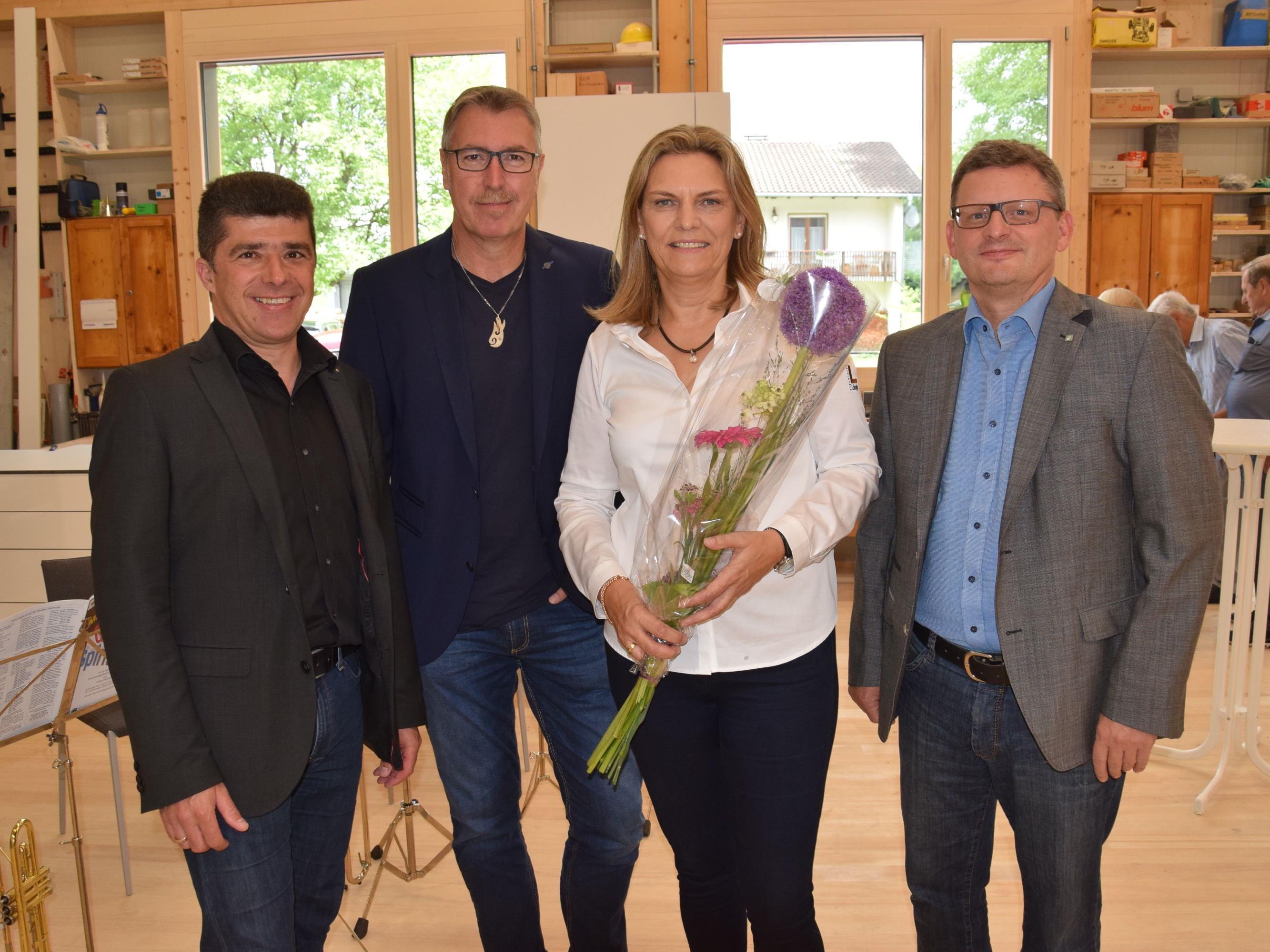 Unter den Gratulanten: Vizebürgermeister Clemens Ender, Helmut Scholler (first), GF Gabi Längle und Klaus Himmelreich (VLV)