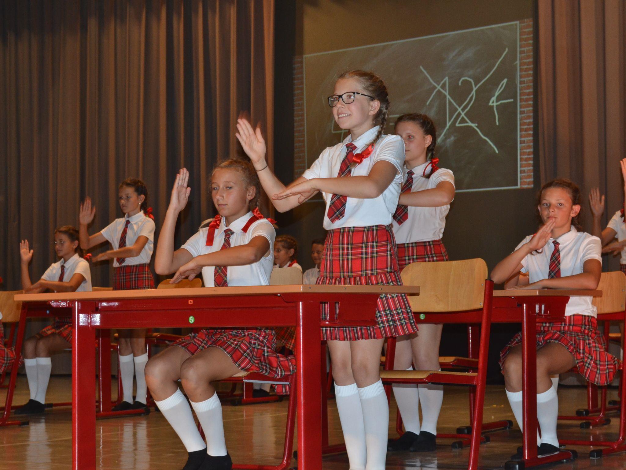 """Bewegte Schule statt """"trockener Unterricht"""": In einem Kurz-Musical zeigten die Schülerinnen tolle akrobatische Leistungen."""
