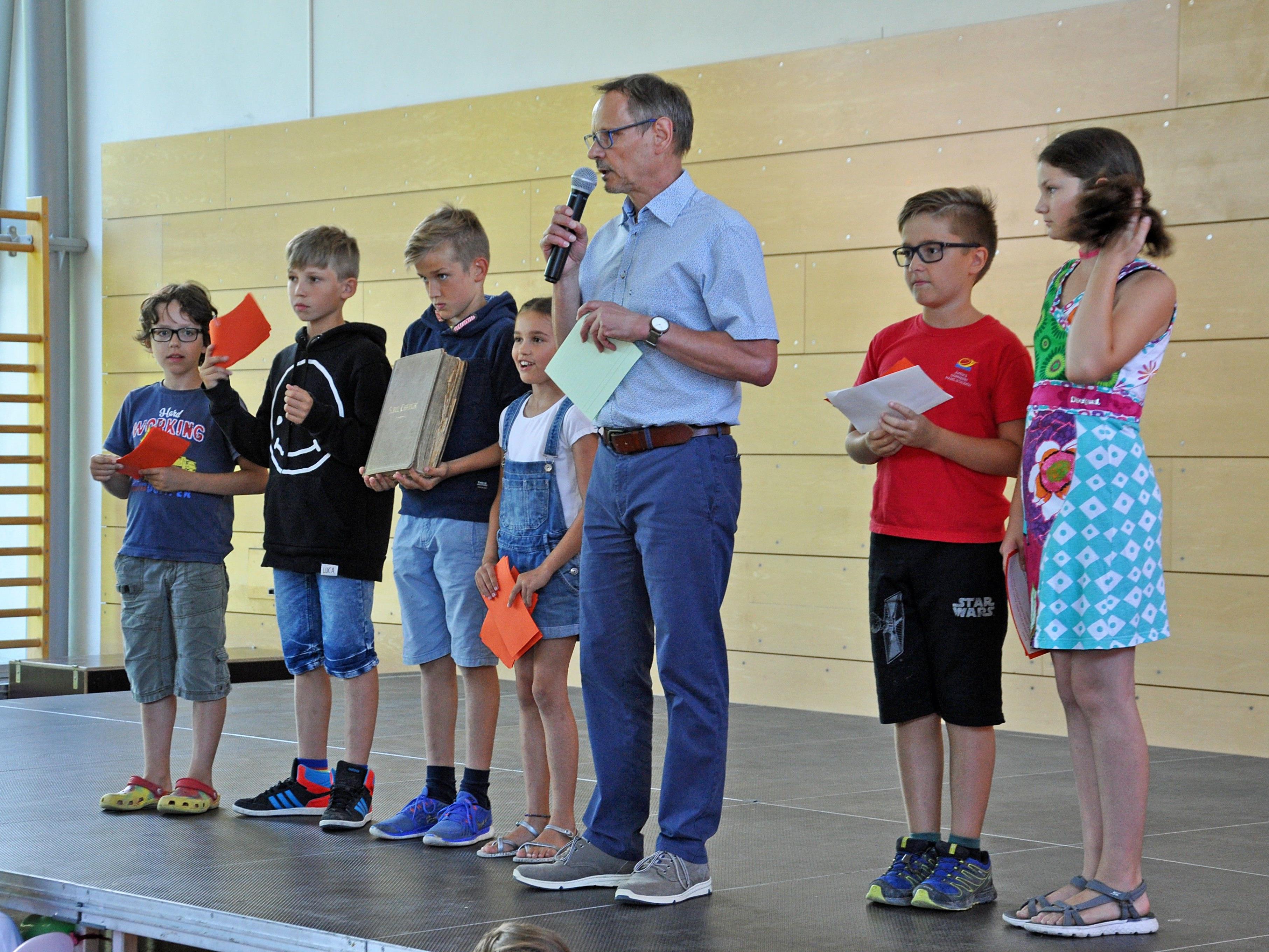 Volksschuldirektor Jürgen Sprickler hatte gemeinsam mit den Schülern zum großen Fest geladen.