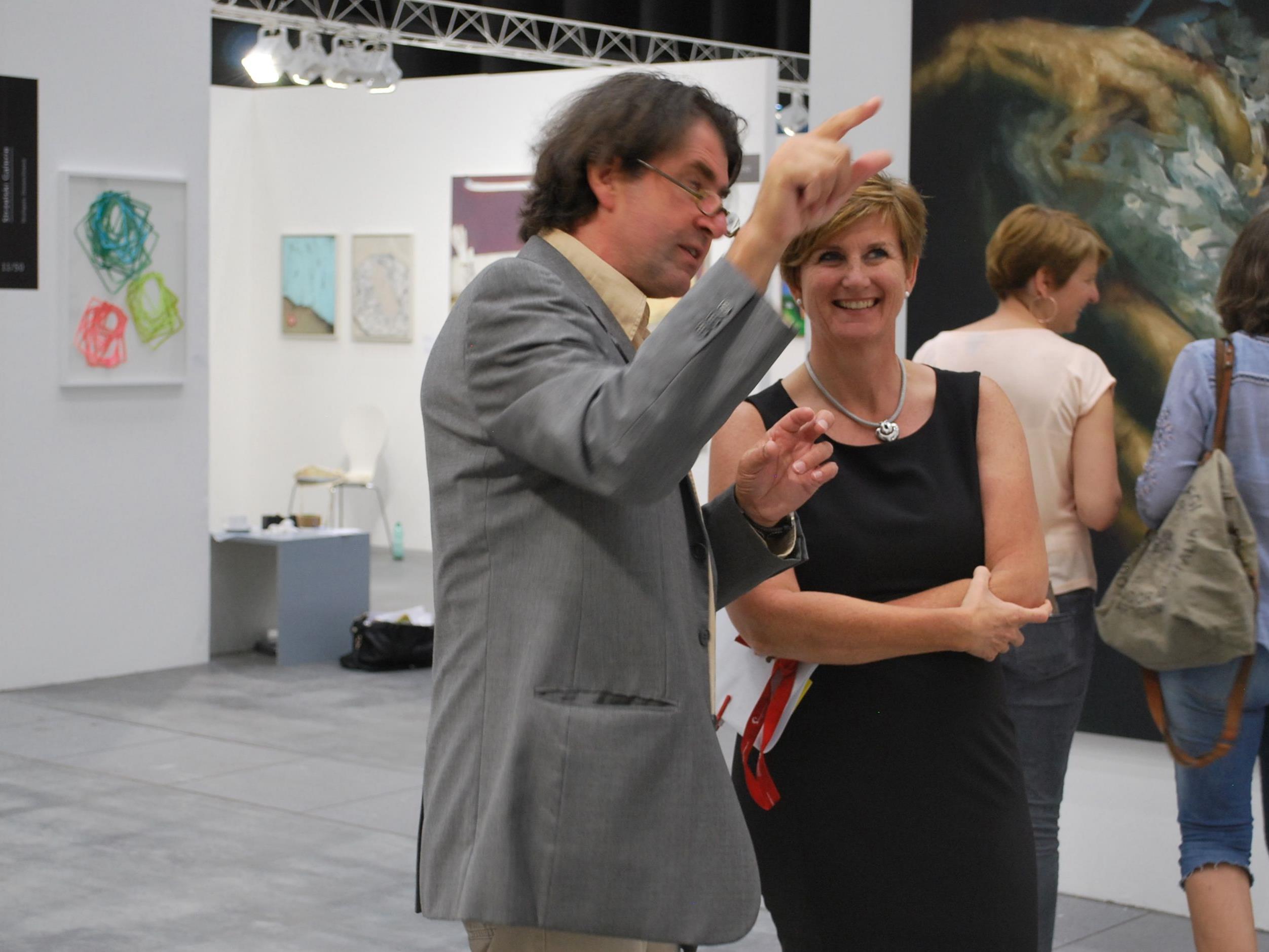 Sabine Tichy-Treimel, Geschäftsführerin Messe Dornbirn beim Rundgang mit Harald Gfader, Kurator und Künstler