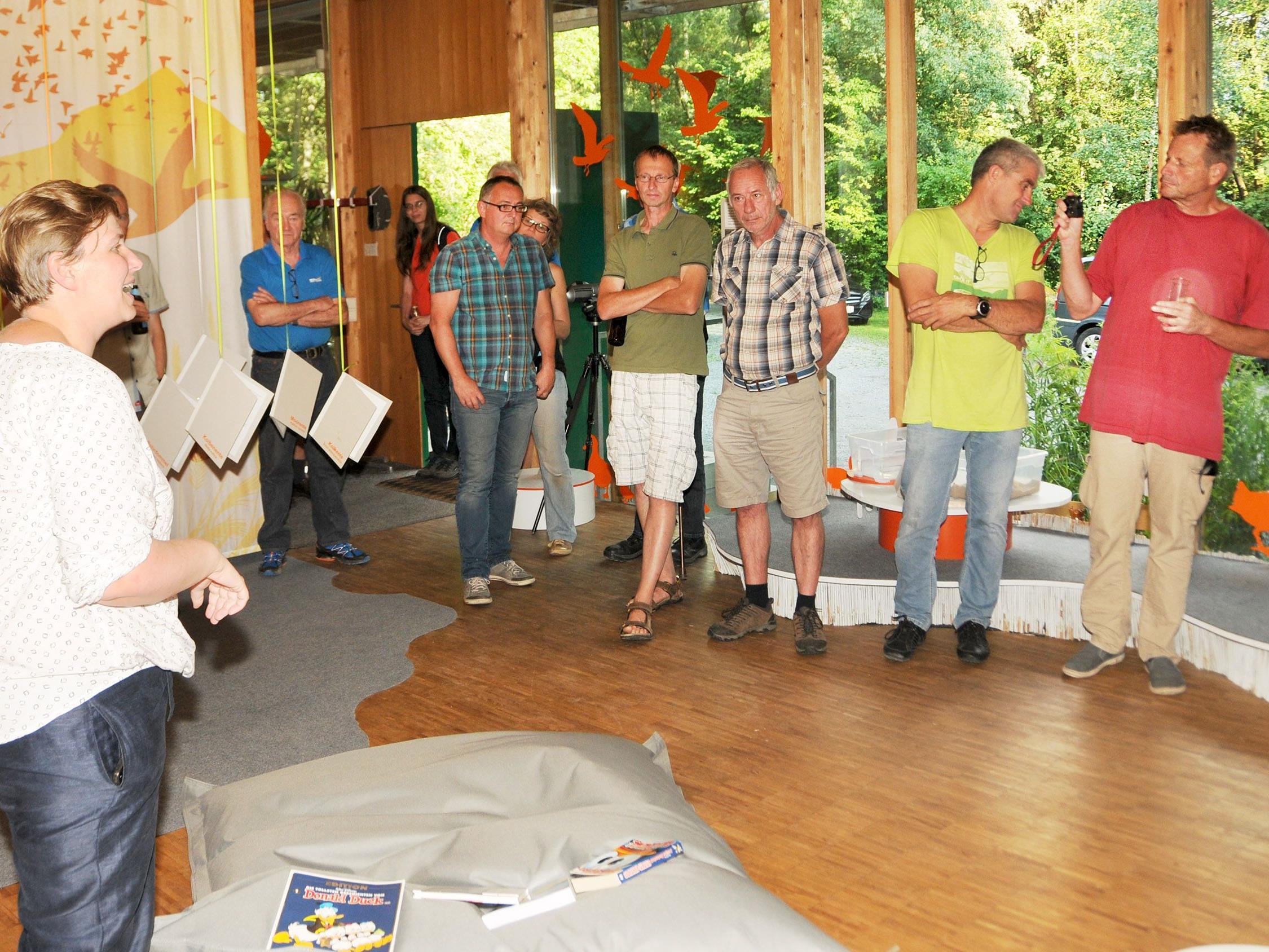 Agnes Steininger stellte den Gästen die Ausstellung über Wasservögel vor.