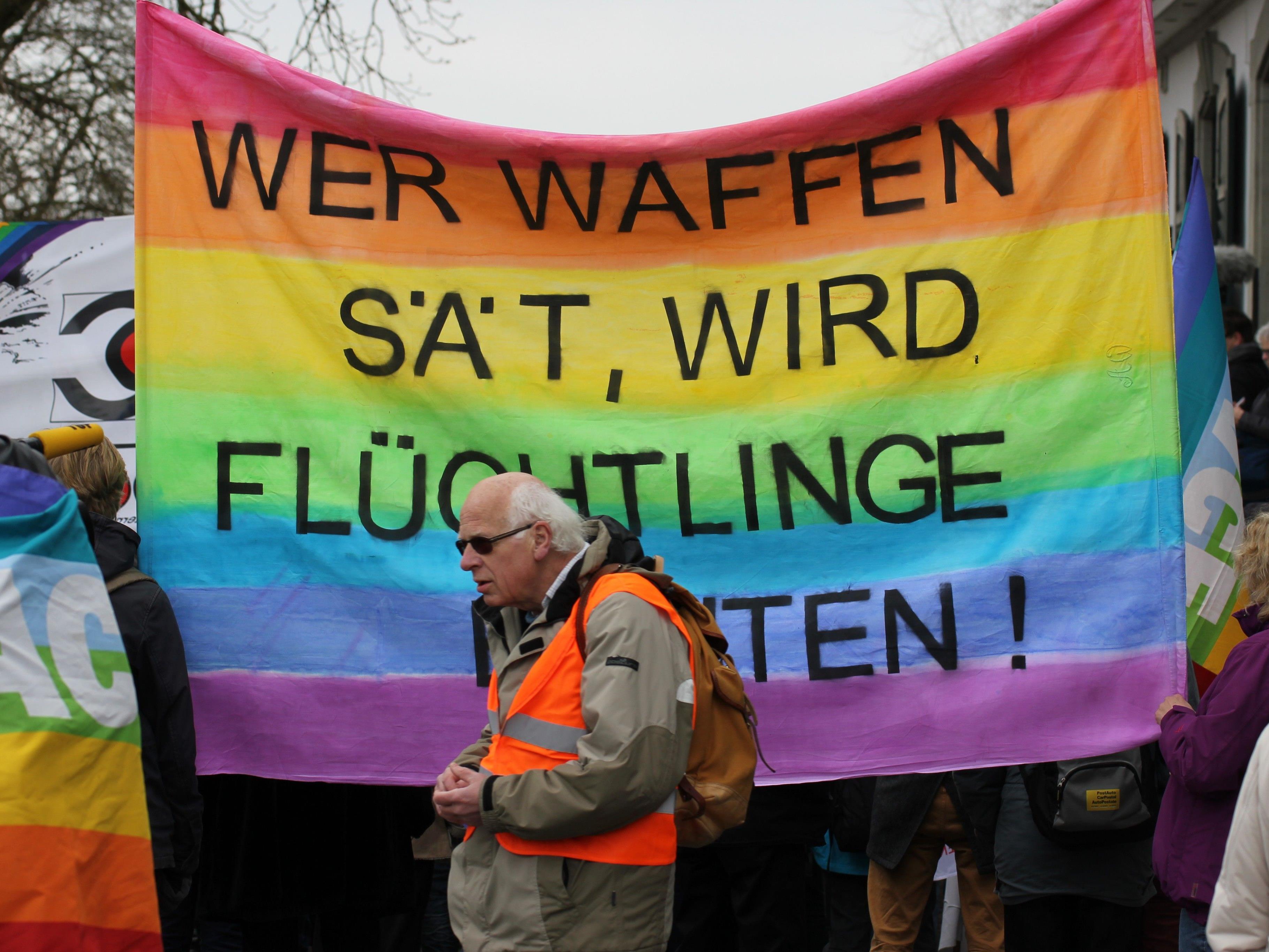 Offene Grenzen für Menschen ist ein Gebot der Humanität. Waffenhandel und -produktion abzuschaffen ist ein Gebot der Vernunft. Darum geht es in der Mahnwache am 12. Juli, 16 Uhr an der Grenze Lindau/Unerhochsteg.